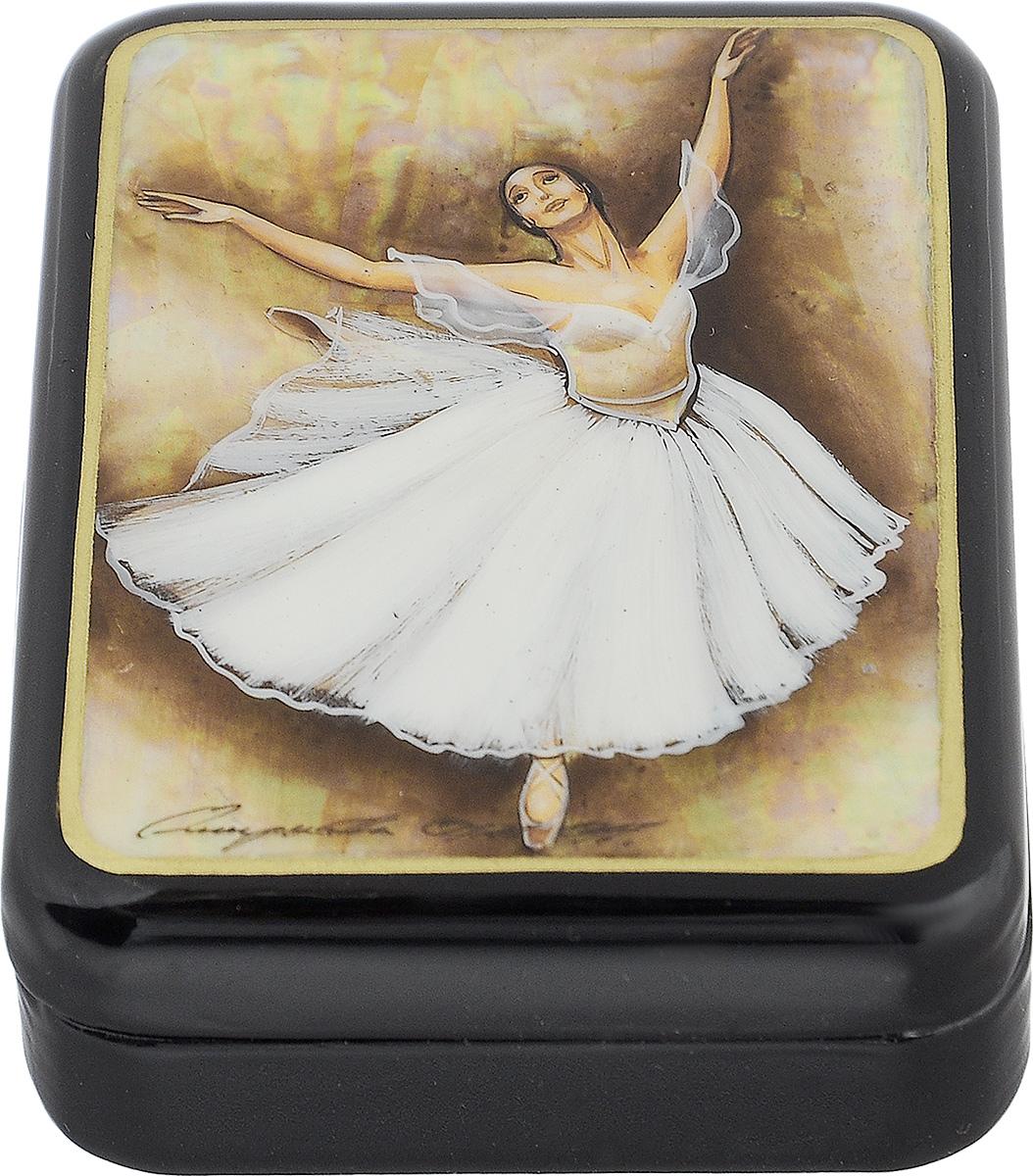 Шкатулка Балерина в прыжке, 9 см х 7 см. Ручная авторская работашкфс.та.бал2Лаковая миниатюрная шкатулка ручной работы Федоскино Балерина в прыжке выполнена в форме обтекаемого прямоугольника. Сюжет на крышке шкатулки - танец балерины. Это высококачественная роспись по перламутру, благодаря которому все изображение переливается светом в зависимости от освещения. Под изображением и на дне шкатулки имеется авторская подпись. Элегантная шкатулка ручной работы станет оригинальным и практичным украшением интерьера.