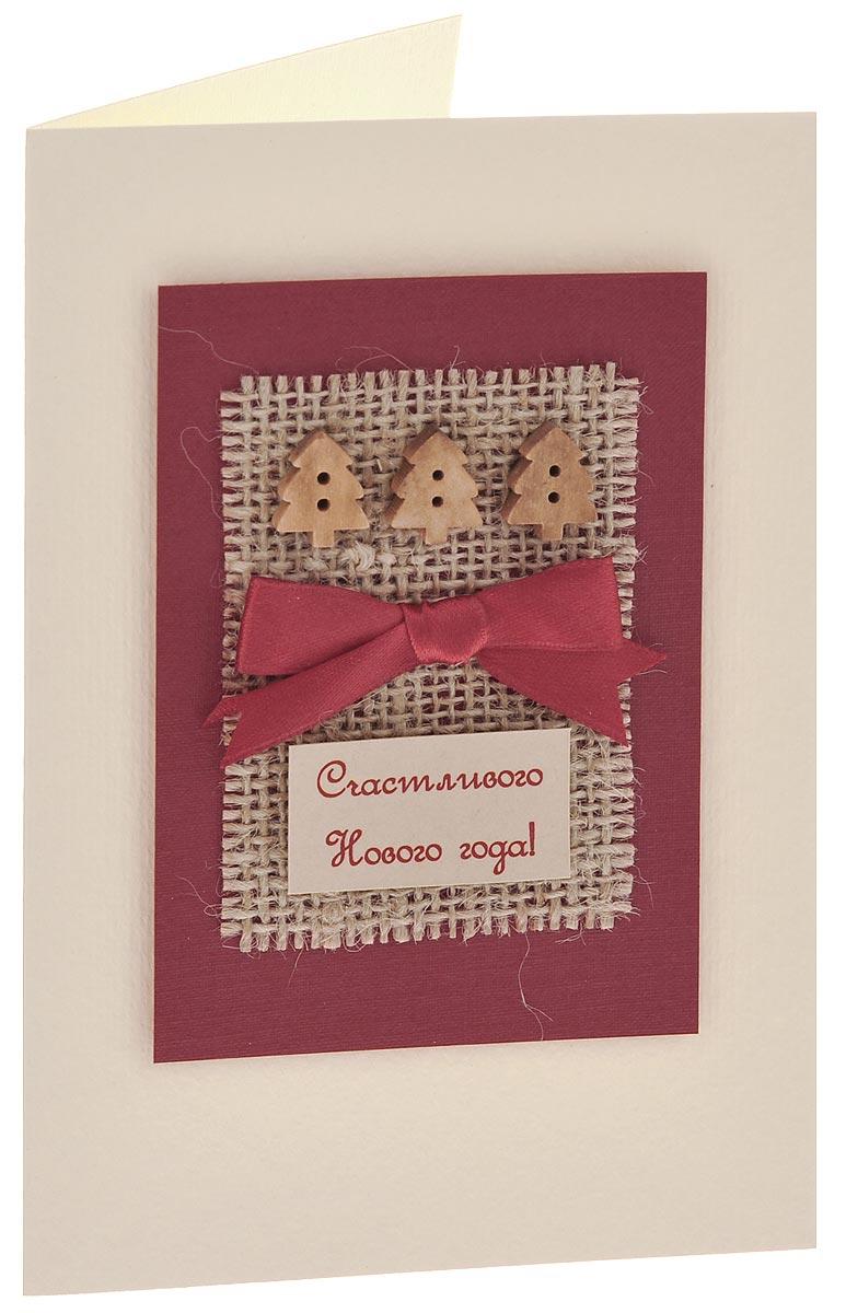 Открытка ручной работы Счастливого Нового года, с конвертом. Автор Татьяна Саранчукова. A-071A-071Открытка ручной работы Счастливого Нового года, выполненная с теплом и любовью, позволит вам оригинально дополнить подарок. Открытка изготовлена из дизайнерской плотной бумаги. Лицевая сторона оформлена накладкой с сеточкой, тремя деревянными елочками, бантом из атласной ленты и надписью Счастливого Нового года!. Внутри открытка не содержит текста, что позволит вам самостоятельно придумать пожелание. Также имеется вкладыш для написания поздравления. Открытка непременно порадует получателя и станет отличным напоминанием о проведенном вместе времени. В комплект входит белый конверт. Открытка упакована в пакет для сохранности. Размер открытки: 15 см х 10 см. Размер конверта: 16 см х 11,5 см.
