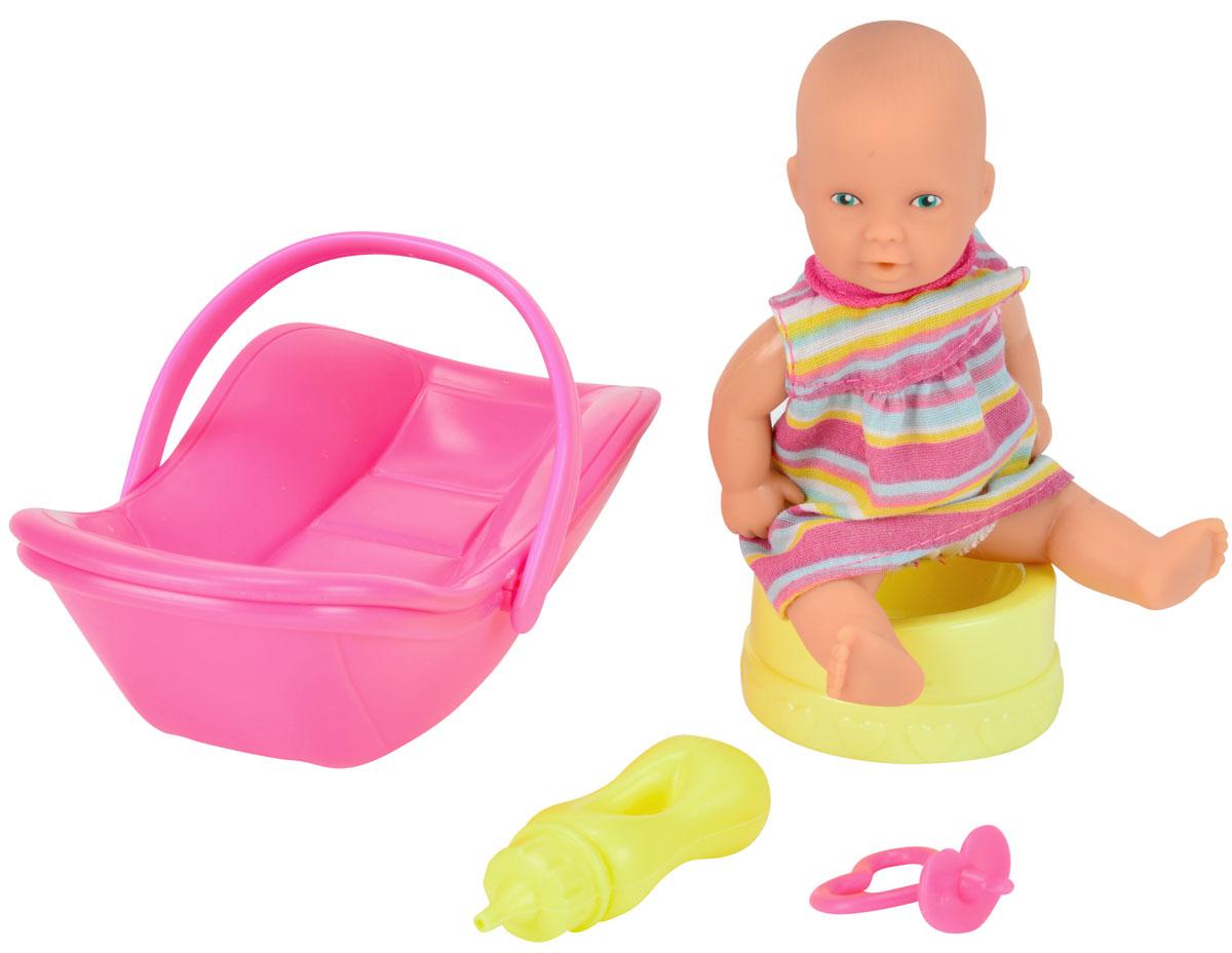 Simba Игровой набор Новорожденный с переноской5039806_розовое сидениеИгровой набор Simba Новорожденный непременно приведет в восторг вашу дочурку. Кукла выполнена из высококачественного пластика. В набор входят: кукла-пупс в платье, переноска, горшок, бутылочка, пустышка. Пупс пьет и писает, совсем как настоящий малыш! Просто напоите ее из входящей в набор бутылочки, и через некоторое время кукла пописает. Руки, ноги и голова куклы подвижны, что позволяет придавать ей разнообразные позы. Игры с куклой способствуют эмоциональному развитию, помогают формировать воображение и художественный вкус, а также разовьют в вашей малышке чувство ответственности и заботы. Великолепное качество исполнения делают этот набор чудесным подарком к любому празднику.