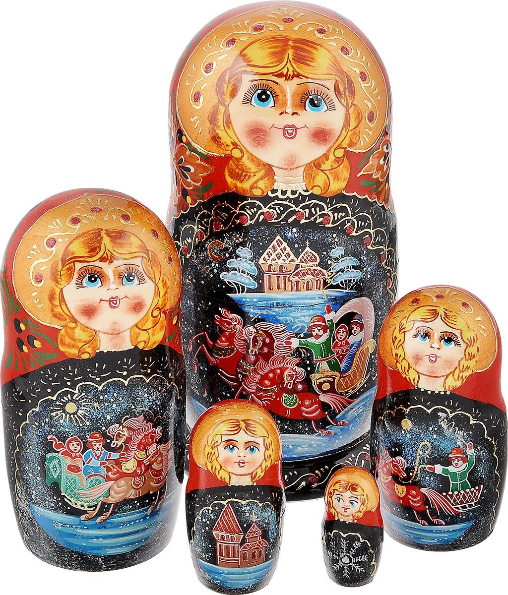 Набор матрешек Василиса Тройка-красно-черная, 5 мест, 18 см. Ручная работам5с.ве.тройкчМатрешки - один из самых популярных русских сувениров для подарка на любой случай и вкус. Эта игрушка по-прежнему вызывает восторг у наших соотечественников и иностранцев. Ведь открывать таких кукол с сюрпризом очень нравится и детям, и не менее любопытным взрослым. Малыши с помощью чудесной игрушки получают свои первые представления о форме, цвете и величине предметов, о количестве и делении целого на части. Взрослым расписную матрешку принято дарить на счастье, удачу и финансовое благополучие. Набор Василиса Тройка-красно-черная состоит из 5 деревянных сюжетных матрешек с высококачественной росписью в стиле Палех. Сюжет - зимняя русская тройка, символизирующая веру, надежду и любовь. На каждой матрешке разные сцены русской зимы. Богатое оформление с использованием золотой потали, выполнена тонким орнаментом. Каждая куколка расписана вручную, неповторима и оригинальна. Работа покрыта лаком. Имеется подпись автора. Порадуйте своих друзей и близких этим...