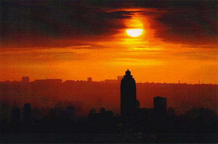 Taipei. Sunset. ОткрыткаA-074Дизайнерская открытка. На лицевой стороне находится фотография города Тайбэй в лучах заходящего солнца. Автор фотографии один из ведущих фотографов Kit Leong, который находит интересные сюжет в разных уголках мира. Размер: 15 х 10 см. Тираж открытки ограничен.