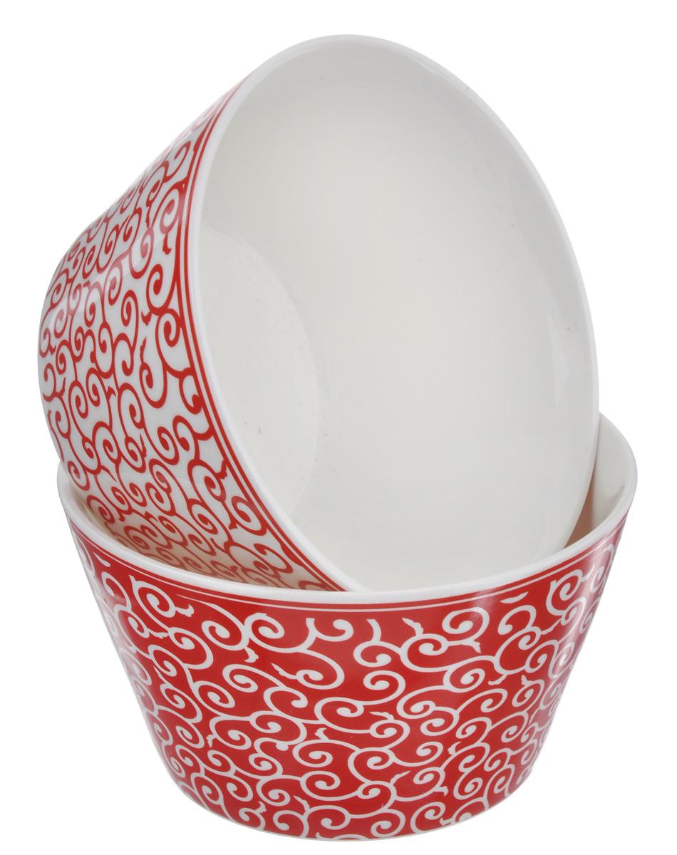 Набор салатников Elan Gallery Арабески, цвет: белый, красный, 2 шт250094Элегантный набор Elan Gallery Арабески состоит из двух круглых салатников. Изделия выполнены из высококачественной керамики и оформлены изящными узорами. Такие салатники прекрасно подходят для сервировки различных закусок, подачи салатов из свежих овощей, фруктов и многого другого. Набор Elan Gallery Арабески прекрасно оформит праздничный стол и удивит вас изысканным дизайном. Диаметр салатника (по верхнему краю): 13,5 см. Высота стенки: 7,5 см. Объем: 500 мл.