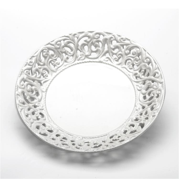 Блюдо Loraine Ажур, цвет: белый, диаметр 20 см23802Блюдо Loraine Ажур, изготовленное из высококачественного доломита, украшено оригинальным узором. Стильная форма и интересное исполнение идеально впишутся в любой стиль, а универсальный белый цвет подойдет к любому интерьеру.