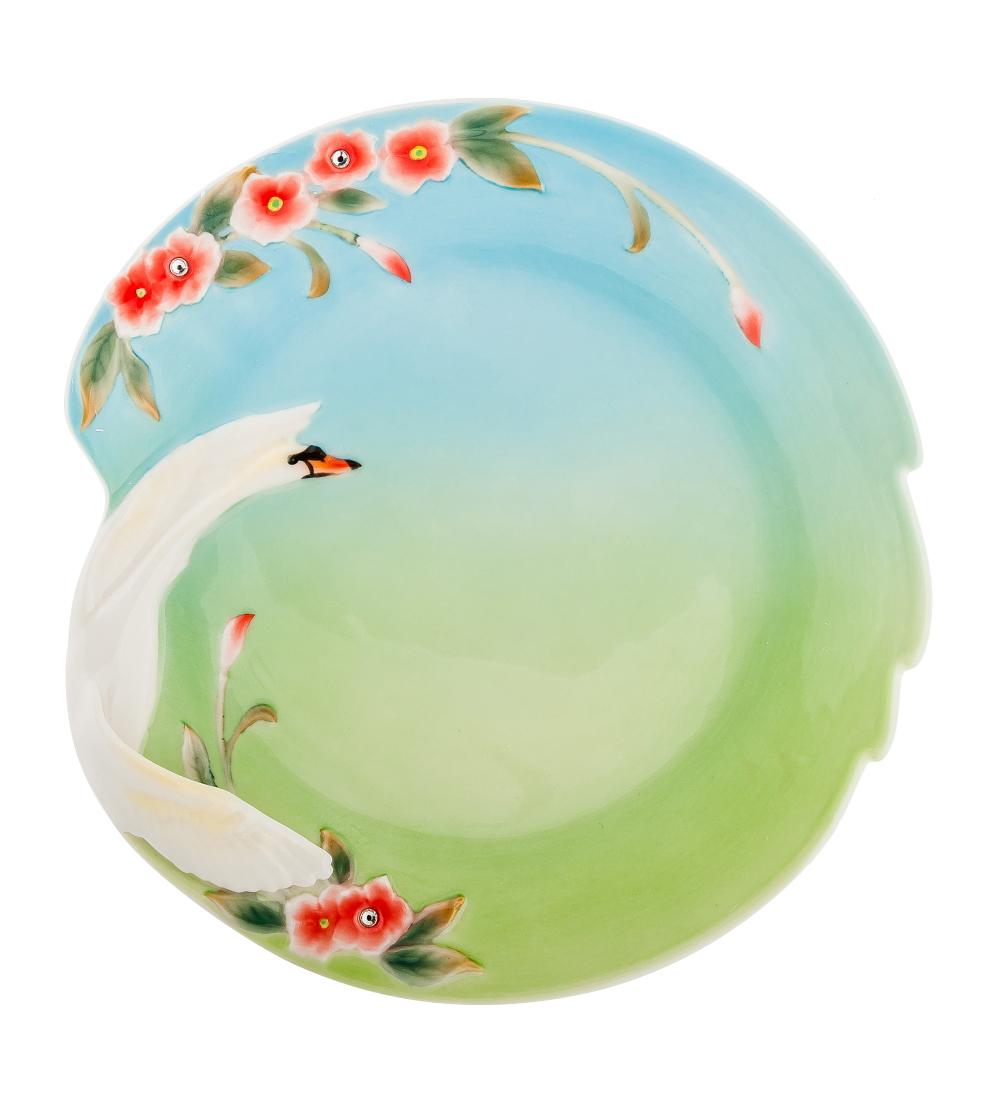 Блюдо Pavone Лебеди, цвет: белый, зеленый, голубой, 28 см х 26,5 см106034Блюдо Pavone Лебеди выполнено из фарфора и украшено объемным изображением лебедя и цветов. Блюдо Pavone Лебеди украсит ваш кухонный стол, а также станет замечательным подарком друзьям и близким. Размеры блюда: 28 см х 26,5 см. Высота: 2 см.