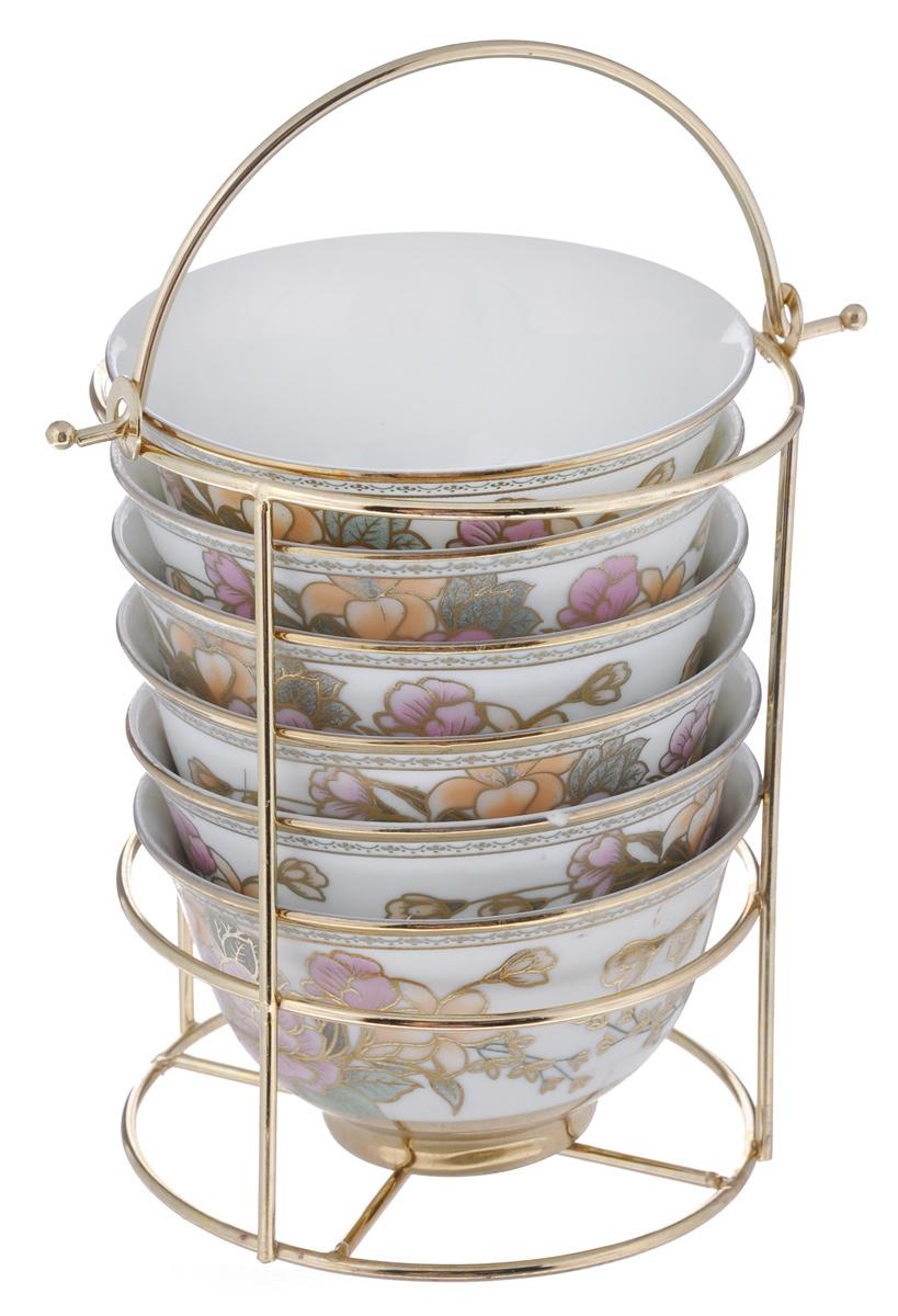 Набор салатниц Loraine, 7 предметов. 2058720587Набор Loraine, состоящий из шести салатниц и подставки, сочетает в себе изысканный дизайн с максимальной функциональностью. Нежный цветочный рисунок придает набору особый шарм. Салатницы выполнены из высококачественной керамики. Изделия подходят для горячей и холодной пищи. Можно использовать в микроволновой печи и морозильной камере. Можно мыть в посудомоечной машине. Диаметр салатниц по верхнему краю: 10 см. Диаметр дна: 4,5 см. Высота салатниц: 6 см. Диаметр подставки: 11 см. Высота подставки: 14,5 см.