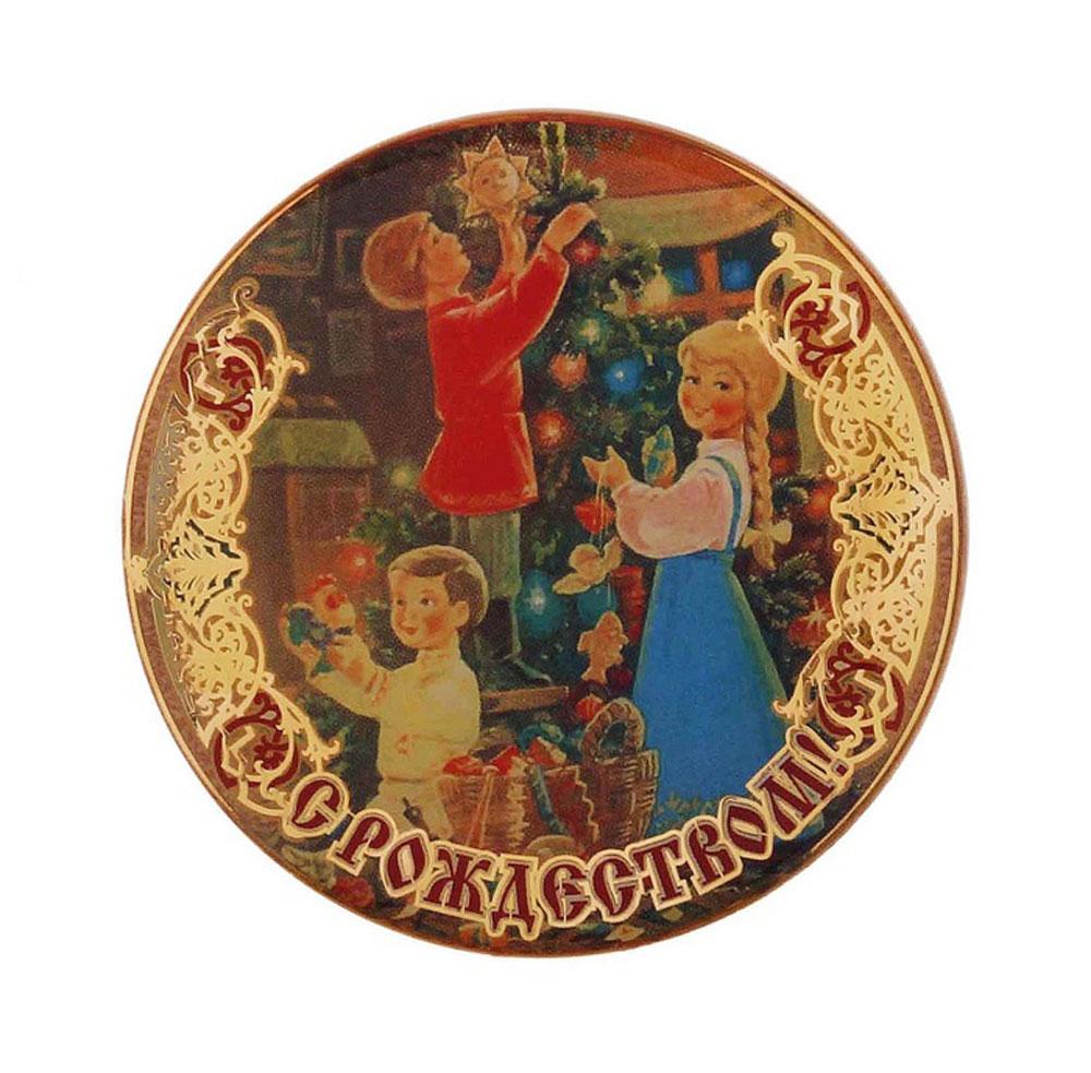 Магнит Sima-land С Рождеством. Елка и дети, диаметр 6 см115780Магнит Sima-land С Рождеством. Елка и дети прекрасно подойдет в качестве сувенира к Рождеству или станет приятным презентом в обычный день. Изделие выполнено из пластика. Магнит - одно из самых простых, недорогих и при этом оригинальных украшений интерьера. Он отлично подойдет в качестве подарка. Эксклюзивный дизайн и поздравительные надписи не оставят равнодушными никого.