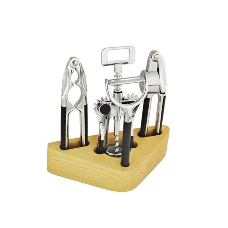 Набор открывалок Mayer & Boch, 5 предметов4215Удобный многофункциональный набор открывалок Mayer & Boch включает в себя: пресс для чеснока, штопор, орехокол, нож для чистки овощей и деревянную подставку. Все предметы набора изготовлены из высококачественного цинкового сплава, ручки из прочного пластика. Удобные ручки гарантируют легкую работу с инструментами. Подставка изготовлена из натурального дерева. Длина пресса для чеснока: 16,5 см. Длина штопора: 18 см. Длина орехокола: 16,5 см. Длина ножа для чистки овощей: 15,5 см. Размер подставки: 19,5 см х 8,5 см х 5 см.