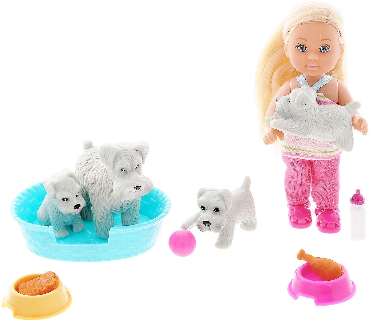 Simba Игровой набор с мини-куклой Еви цвет лежака голубой5734191_блондинка/серые собаки в голубом лежакеКукла Еви с домашними животными порадует любую девочку и надолго увлечет ее. Набор включает в себя куколку Еви, ее питомцев в виде серой собачки и трех ее щенков, а также лежак и аксессуары для ухода за животными. Малышка Еви одета в полосатую маечку и розовые брючки. На ногах у нее - яркие летние сандалики. Вашей дочурке непременно понравится заплетать длинные белокурые волосы куклы, придумывая разнообразные прически. Руки, ноги и голова куклы подвижны, благодаря чему ей можно придавать разнообразные позы. Игры с куклой способствуют эмоциональному развитию, помогают формировать воображение и художественный вкус, а также разовьют в вашей малышке чувство ответственности и заботы. Великолепное качество исполнения делают эту куколку чудесным подарком к любому празднику.