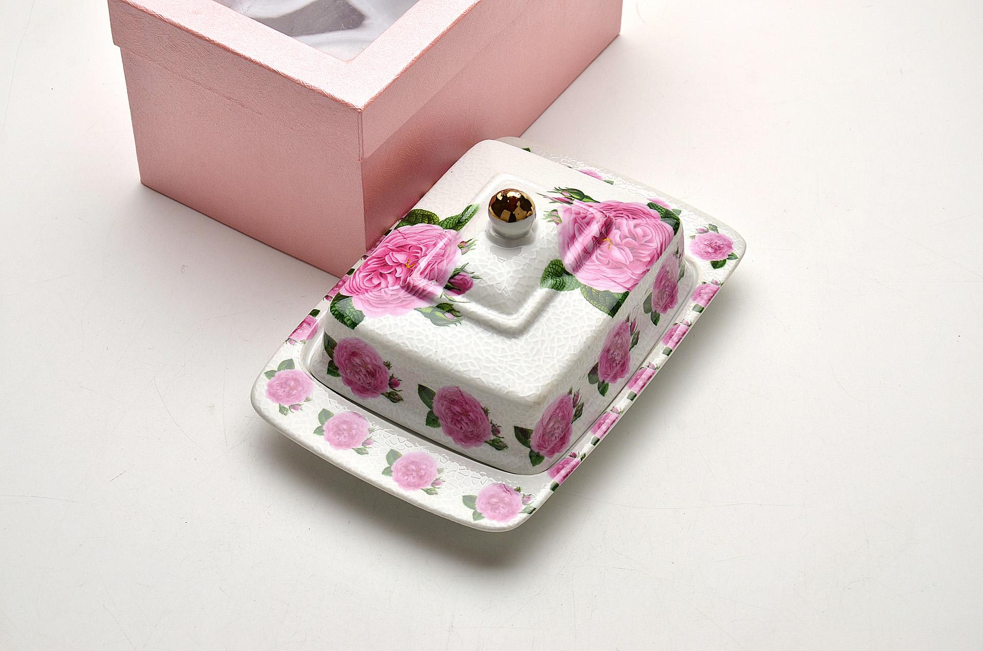 Масленка Loraine Розы21095Масленка Loraine Розы, выполненная из высококачественной керамики в виде подноса с крышкой, станет не заменимым помощником на вашей кухне. Изделие оформлено яркими изображениями цветов и имеет изысканный внешний вид. Масленка предназначена для красивой сервировки стола и хранения масла. Изделие упаковано в подарочную коробку с атласной подложкой. Размер подноса: 20 см х 13,5 см х 2 см. Высота масленки (с учетом крышки): 9,5 см.