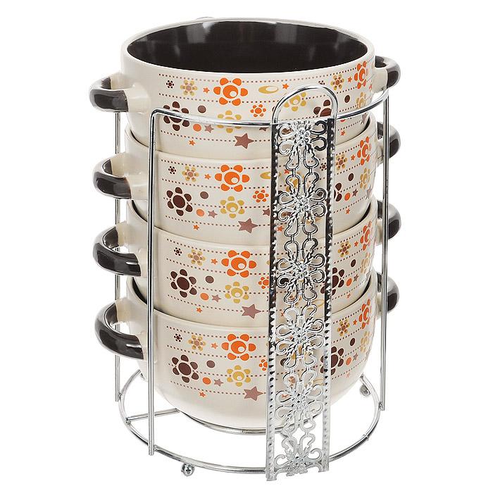 Набор супниц Loraine, 5 предметов23124Набор Loraine включает в себя четыре супницы, выполненные из высококачественной керамики. Набор прекрасно подходит для подачи супов, бульонов и других блюд. Элегантный дизайн с разнообразными узорами отлично впишется в интерьер любой кухни. Супницы компактно размещаются на подставке из хромированного металла с резными вставками по бокам. Посуду можно использовать в микроволновой печи и холодильнике, а также мыть в посудомоечной машине. Объем супниц: 520 мл. Диаметр супниц по верхнему краю: 13,3 см. Диаметр дна супниц: 6,5 см. Высота супниц: 6,8 см. Размер подставки: 16 х 14,5 х 20 см.