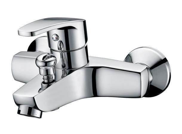 Смеситель для ванны/душа Gro Welle Apfel. APF721APF721Смеситель для ванны и душа Gro Welle Apfel сочетает в себе отличные эксплуатационные характеристики и оригинальный дизайн. Керамический картридж Sedal 40 мм (Испания) - надежный рабочий элемент, выдерживающий давление более 3,5 Атм. Рассчитан на беспрерывную работу в 150 000 циклов - это примерно 30 лет эксплуатации. Аэратор Neoperl Cascade (США) изготовлен из высококачественного пластика, благодаря чему на нем не образуется налет. Водная струя насыщается воздухом, становится ровной и без брызг. Тело смесителя отлито из высококачественной, безопасной для здоровья пищевой латуни. Хромоникелевое покрытие Crystallight придает изделию яркий металлический блеск и эстетичный внешний вид. Имеет водоотталкивающие свойства, благодаря которым защищает тело смесителя. Устойчив к кислотным и щелочным чистящим средствам. Включение душа происходит вытяжением кнопки, если давление воды падает ниже 0,3 бар, кнопка самостоятельно возвращается в первоначальное положение, и ...