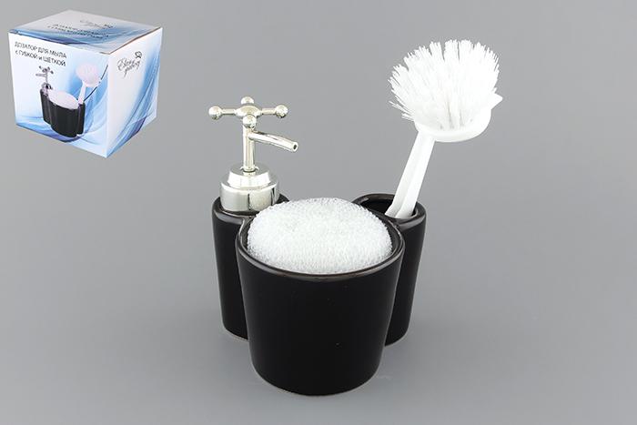 Набор для мытья посуды Elan Gallery Черный блеск, 3 предмета880005Набор для мытья посуды Elan Gallery Черный блеск состоит из диспенсера, губки и щетки. Диспенсер, изготовленный из высококачественной керамики, выполнен в виде подставки, на которой размещается губка и щетка для мытья посуды. Щетка, изготовленная прочного пластика, оснащена скребком и специальным крючком для подвешивания. Диспенсер снабжен дозатором, выполненным из пластика под хром. Дозатором очень удобно и просто пользоваться: просто нажмите на него и выдавите необходимое количество средства. Диспенсер подходит для жидкого мыла, моющего средства для мытья посуды, различных лосьонов. Такой набор стильно дополнит интерьер кухни или ванной комнаты и станет замечательным приобретением для любой хозяйки. Размер губки: 8 см х 8 см х 2,5 см. Размер рабочей поверхности щетки: 5 см х 4 см. Общая длина щетки: 15,5 см. Длина ворса щетки: 2,5 см. Размер диспенсера (с учетом дозатора): 10 см х 12 см х 13,5 см. Объем диспансера: 350 мл.