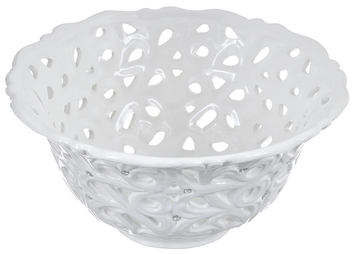 Конфетница Loraine Ажур, цвет: белый, диаметр 21 см23830Конфетница Loraine Ажур, изготовленная из высококачественного доломита, украшена оригинальным узором и стразами. Стильная форма и интересное исполнение идеально впишутся в любой стиль, а универсальный белый цвет подойдет к любому интерьеру.