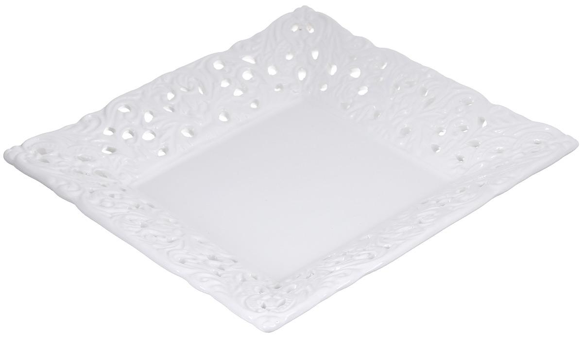 Блюдо Loraine Ажур, цвет: белый, 18 см х 18 см23809Блюдо Loraine Ажур, изготовленное из высококачественного доломита, украшено оригинальным узором. Стильная форма и интересное исполнение идеально впишутся в любой стиль, а универсальный белый цвет подойдет к любому интерьеру. Размер блюда (по верхнему краю): 18 см х 18 см.