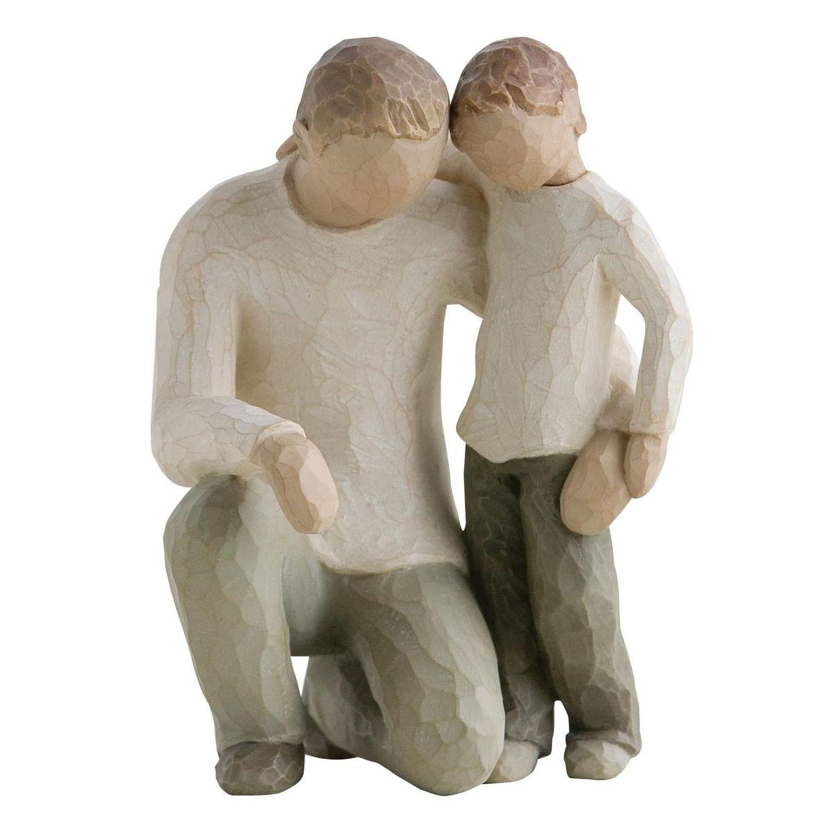 Фигурка Willow Tree Отец и сын, 13,5 см26030Эти прекрасные статуэтки созданы канадским скульптором Сьюзан Лорди. Каждая фигурка – это настоящее произведение искусства, образная скульптура в миниатюре, изображающая эмоции и чувства, которые помогают нам чувствовать себя ближе к другим, верить в мечту, выражать любовь. Каждая фигурка помещена в красивую упаковку. Купить такой оригинальный подарок, значит не только украсить интерьер помещения или жилой комнаты, но выразить свое глубокое отношение к любимому человеку. Этот прекрасный сувенир будет лучшим подарком на день ангела, именины, день рождения, юбилей. Материал: Искусственный камень (49% карбонат кальция мелкозернистой разновидности, 51% искусственный камень)