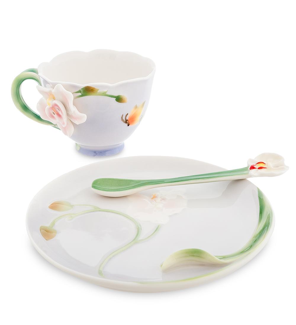 Чайная пара Орхидея (Pavone)104297Чайная пара Pavone Орхидея состоит из чашки, блюдца и ложечки, изготовленных из фарфора. Предметы набора оформлены объемными изящными цветами. Чайная пара Pavone Орхидея украсит ваш кухонный стол, а также станет замечательным подарком друзьям и близким. Изделие упаковано в подарочную коробку с атласной подложкой. Объем чашки: 120 мл. Диаметр чашки по верхнему краю: 9,5 см. Высота чашки: 5,5 см. Размеры блюдца (без учета высоты декоративного элемента): 16 см х 11 см х 1,5 см. Длина ложки: 13 см.