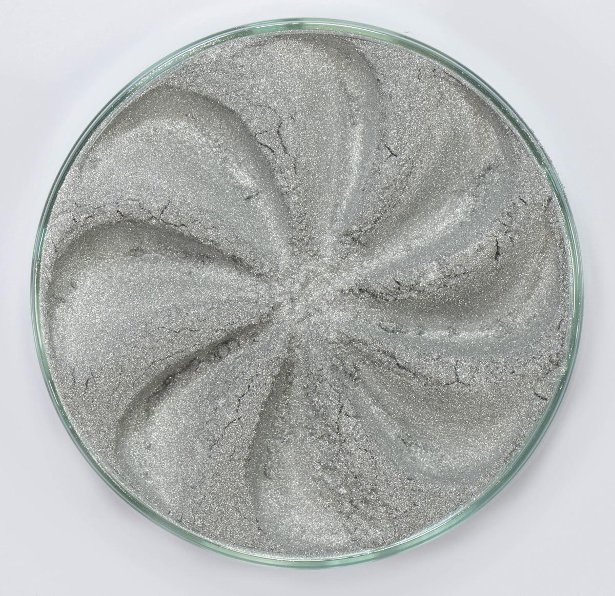 Era Minerals Минеральные Тени для век Frost тон F50 (искрящийся металлик), 4 млEYF50Тени для век Frost в своем покрытии и исполнении варьируются от мерцающих и морозных до ослепляющих словно блеск снежного кристалла. Яркие, уникальные и многоуровневые оттенки этой формулы с неотразимым эффектом прерывистого света подчеркнут красоту любых глаз. Сильные и яркие минеральные пигменты Можно наносить как влажным, так и сухим способом Без отдушек и содержания масел, для всех типов кожи Дерматологически протестировано, не аллергенно Не тестировано на животных Вес нетто 1г (стандартный размер)