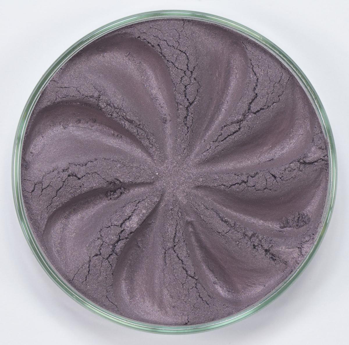 Era Minerals Минеральные Тени для век Pearl тон P07 (темная сирень), 4 млEYP07Тени для век обеспечивают комплексное покрытие, своим сиянием напоминающее как глубину, так и лучезарный блеск драгоценного камня. Текстура теней содержит в себе цвет-основу с содержанием крошечных мерцающих частиц, превосходно сочетающихся с основным цветом. Сильные и яркие минеральные пигменты Можно наносить как влажным, так и сухим способом Без отдушек и содержания масел, для всех типов кожи Дерматологически протестировано, не аллергенно Не тестировано на животных Вес нетто 1г (стандартный размер)