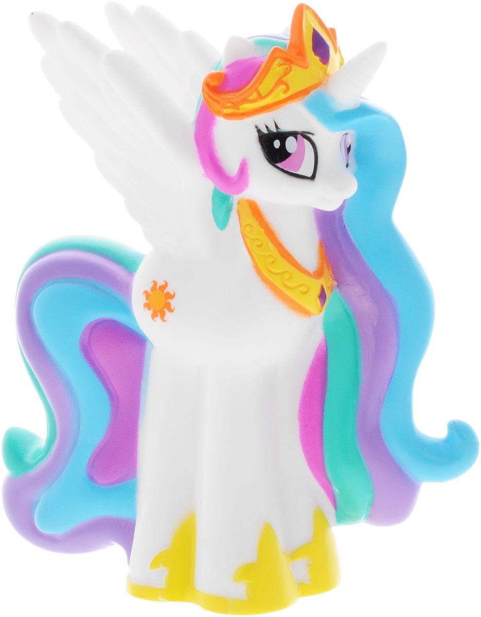 My Little Pony Игрушка для ванной Пони Селестия со световыми эффектамиGT8099Игрушка для ванны My Little Pony Пони Селестия способна занять малыша на все время купания. Она изготовлена из высококачественных и безопасных полимерных материалов. Игрушка выполнена в виде белой пони Celestia. Игрушка несомненно принесет вашему малышу море позитива, а обычное купание превратит в веселую игру. Фигурка пони светится на суше и в воде, благодаря индикатору в нижней части игрушки. С такой игрушкой ребенок может развивать мелкую моторику рук, концентрацию внимания и даже воображение. Порадуйте свою малышку такой необычной игрушкой! Работает от 1 батарейки CR2016 (входит в комплект).