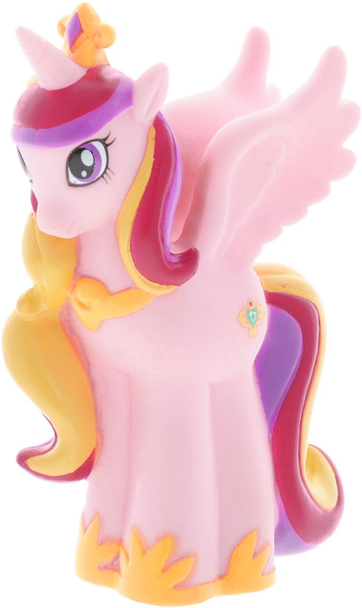My Little Pony Игрушка для ванной Пони Каденс со световыми эффектамиGT8099_КаденсИгрушка для ванны My Little Pony Пони Каденс способна занять малыша на все время купания. Она изготовлена из высококачественных и безопасных полимерных материалов. Игрушка выполнена в виде яркой розовой пони и несомненно принесет вашему малышу море позитива, а обычное купание превратит в веселую игру. Фигурка пони светится на суше и в воде, благодаря индикатору в нижней части игрушки. С такой игрушкой ребенок может развивать мелкую моторику рук, концентрацию внимания и даже воображение. Порадуйте свою малышку такой необычной игрушкой! Работает от 1 батарейки CR2016 (входит в комплект).