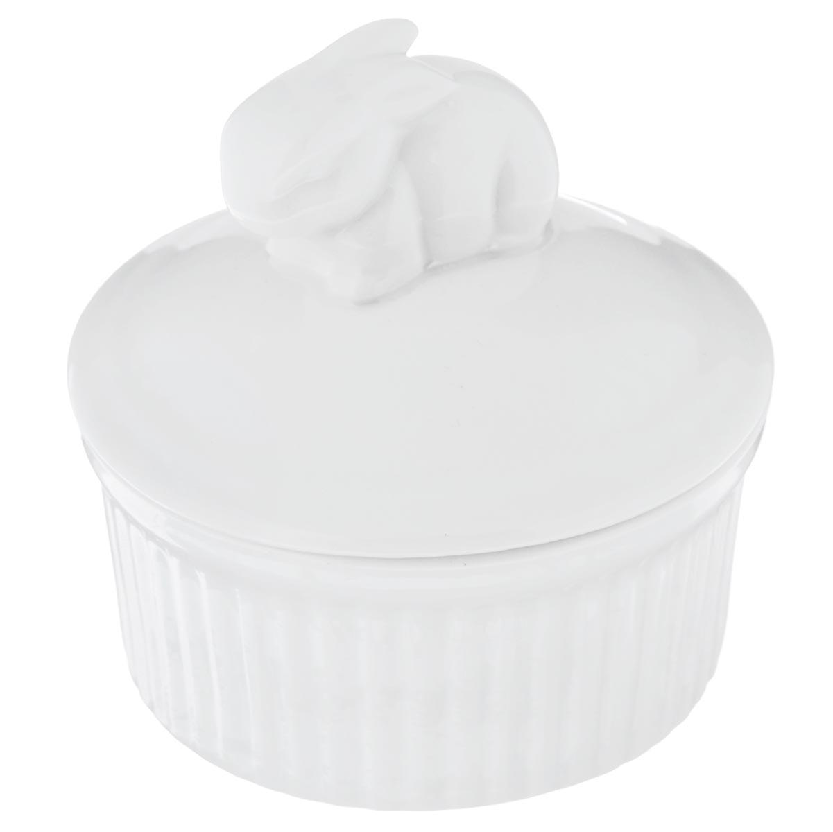 Горшок для запекания Walmer Rabbit, с крышкой, цвет: белый, диаметр 9 смW10320009Горшочек для запекания Walmer Rabbit круглой формы изготовлен из высококачественного фарфора и оснащен крышкой. Крышка изделия декорирована фигуркой в виде кролика. Горшочек подходит для запекания различных блюд. Может быть использовано для подачи запеченных и охлажденных блюд на стол. Такое изделие станет отличным дополнением к вашему кухонному инвентарю, а также украсит сервировку стола и подчеркнет прекрасный вкус хозяина. Можно использовать в микроволновой печи. Диаметр (по верхнему краю) : 9 см. Диаметр основания: 7,7 см. Высота (без учета крышки): 4,5 см. Объем: 120 мл.