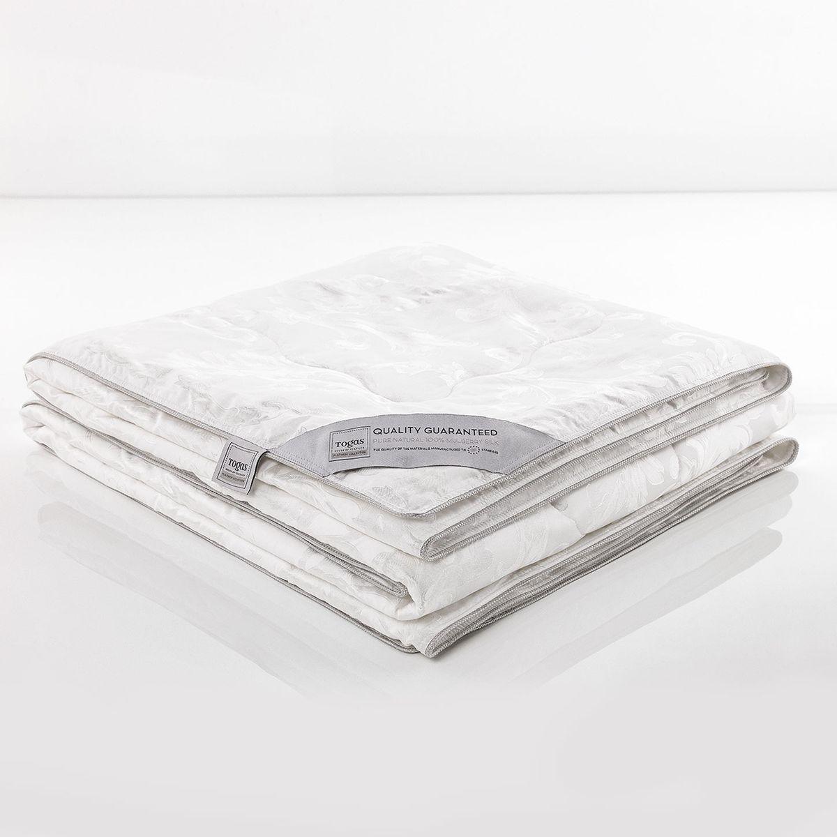 """Одеяло Шелк В Шелке. 47.3347.33Если Вы стремились к совершенству, - Вы его достигли: одеяло «Шелк в шелке» - настоящая жемчужина коллекции Togas. Ничто не сравнится с прикосновением натурального шелка к Вашей коже… Шелк - прекрасный натуральный терморегулятор. Он способен быстро поглощать тепло и поддерживать неизменную температуру тела вне зависимости от условий окружающей среды, создавая идеальный микроклимат. Шелк дышит: он хорошо впитывает и испаряет влагу, """"кондиционирует"""" тело во время сна, насыщая его кислородом. Одеяло, сделанное из натурального шелка сорта Малбери, отличается особой нежностью и абсолютной невесомостью."""