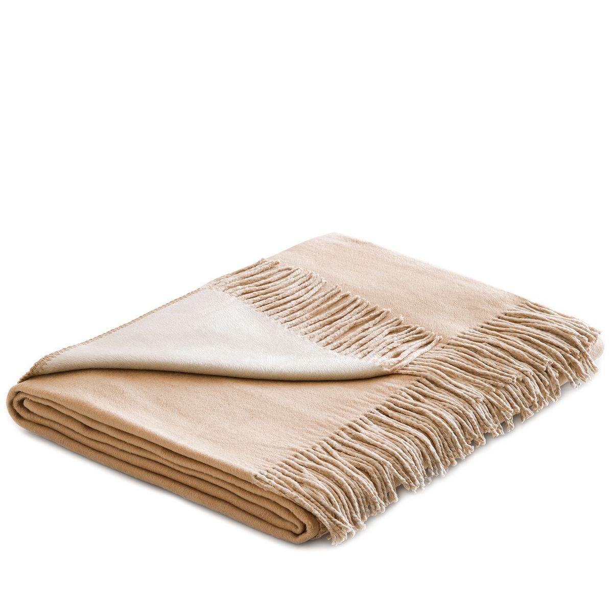 Плед Togas Хлопок-Шелк, цвет: бежевый, светло-коричневый, 140 х 180 см20.03.10.0006Утонченный плед Togas Хлопок-Шелк - это высшая роскошь и настоящее наслаждение. Нежное, скользящее прикосновение этой божественной ткани наполняет блаженством и легкостью. Необычный дизайн позволяет в мгновение ока трансформировать пространство вашей спальни или гостиной: просто поверните плед стороной того цвета, который вам сейчас по душе, - и наслаждайтесь непринужденной грацией элегантно драпирующихся складок, ниспадающих шелковистым каскадом. Несмотря на удивительную тонкость и невесомость, плед из 75% шелка и 25% хлопка очень практичен и прост в уходе, а значит - прослужит вам долгие годы, став неотъемлемой частью вашего уюта и комфорта.