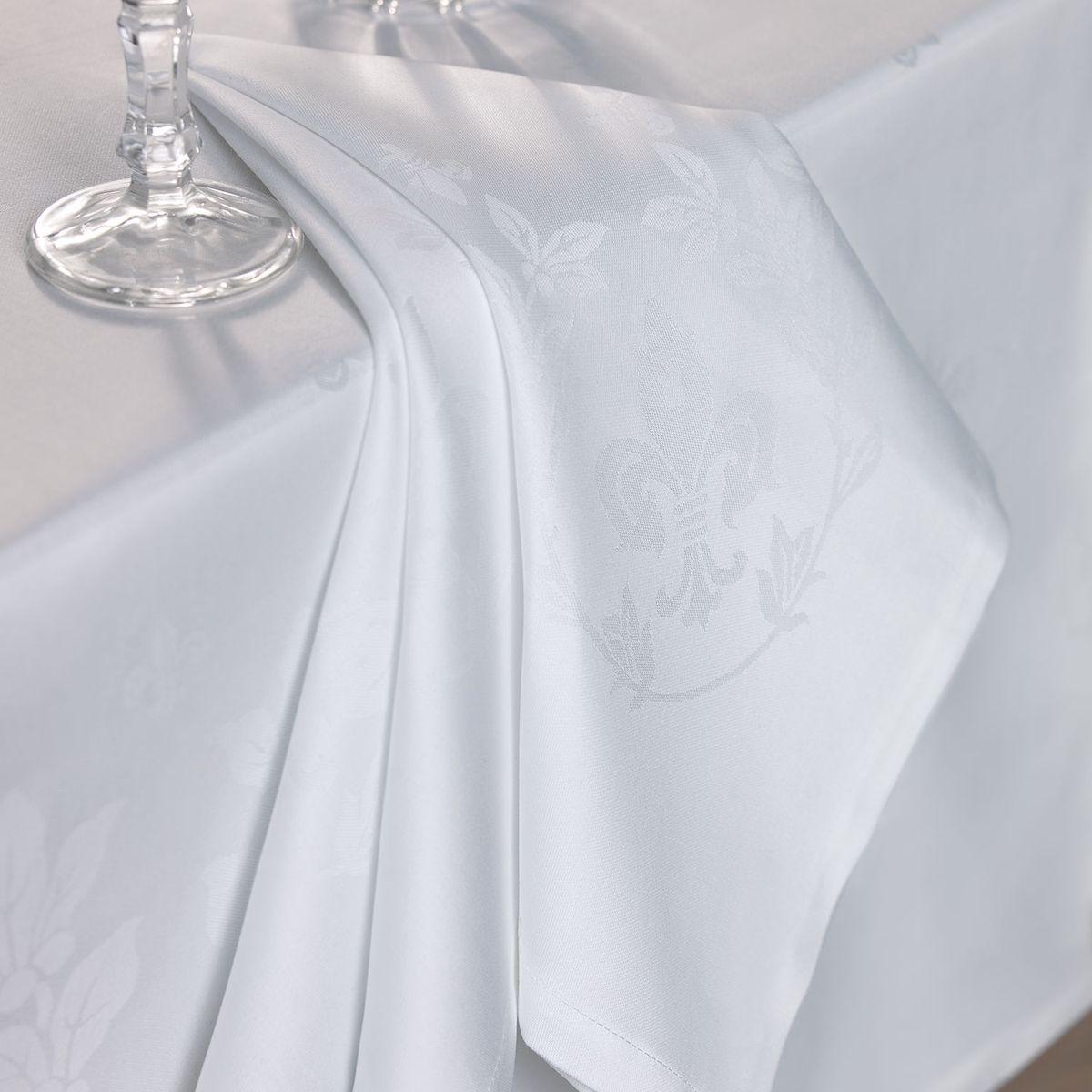 Салфетка для сервировки стола Togas Роял, цвет: белый, 53 х 53 см10.01.05.0011Салфетка для сервировки стола Togas Роял, выполнена из высококачественного 100% хлопка. Салфетка декорирована барочным орнаментом, имитирующим лепнину на потолке. Расходящиеся изогнутые линии узора образуют круглую центральную часть. Изделия из хлопка просты в эксплуатации, легко стираются и сохраняют свои эстетические свойства в течение долгого времени. Натуральные, мягкие и комфортные, салфетки из хлопка прослужат вам долгие годы и станут незаменимым элементом декора - и вашего личного комфорта.