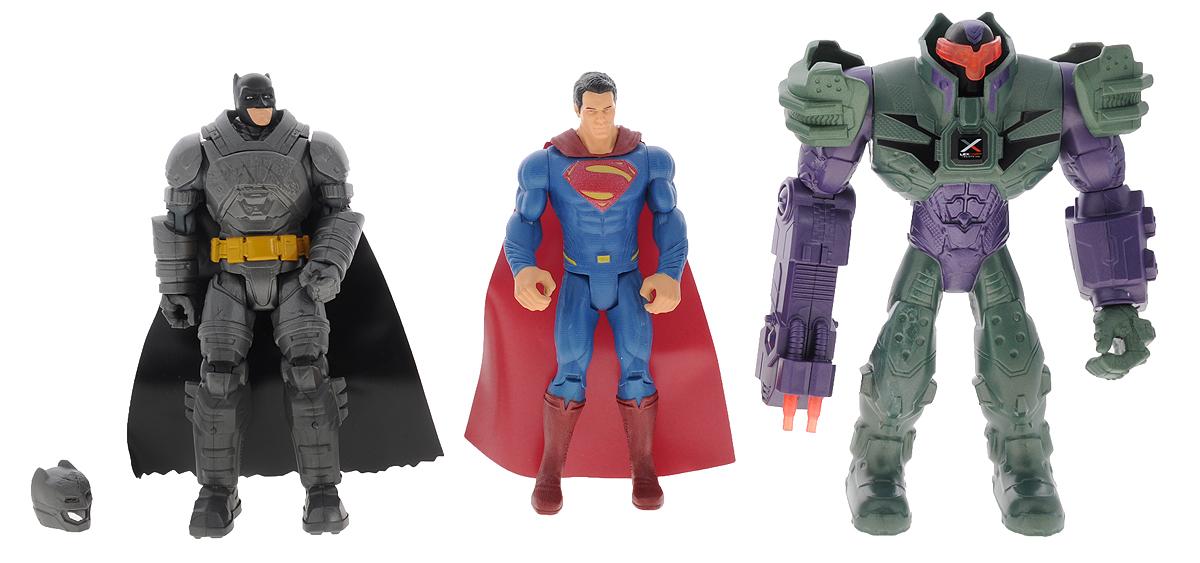 DC Comics Набор фигурок Бэтмен и Супермен против Лекса ЛютораDHY28Набор фигурок Dc Comics Бэтмен и Супермен против Лекса Лютора станет прекрасным подарком для вашего ребенка. В набор входят три великолепно детализированные фигурки из безопасного пластика. Фигурки выполнены в виде Бэтмена, Супермена и их противника - Лекса Лютора. Такие фигурки непременно понравятся вашему ребенку, а также привлекут внимание взрослых коллекционеров, и станут замечательным украшением любой коллекции. Восхитительные фигурки сделают игры в супергероев еще увлекательнее и интереснее!