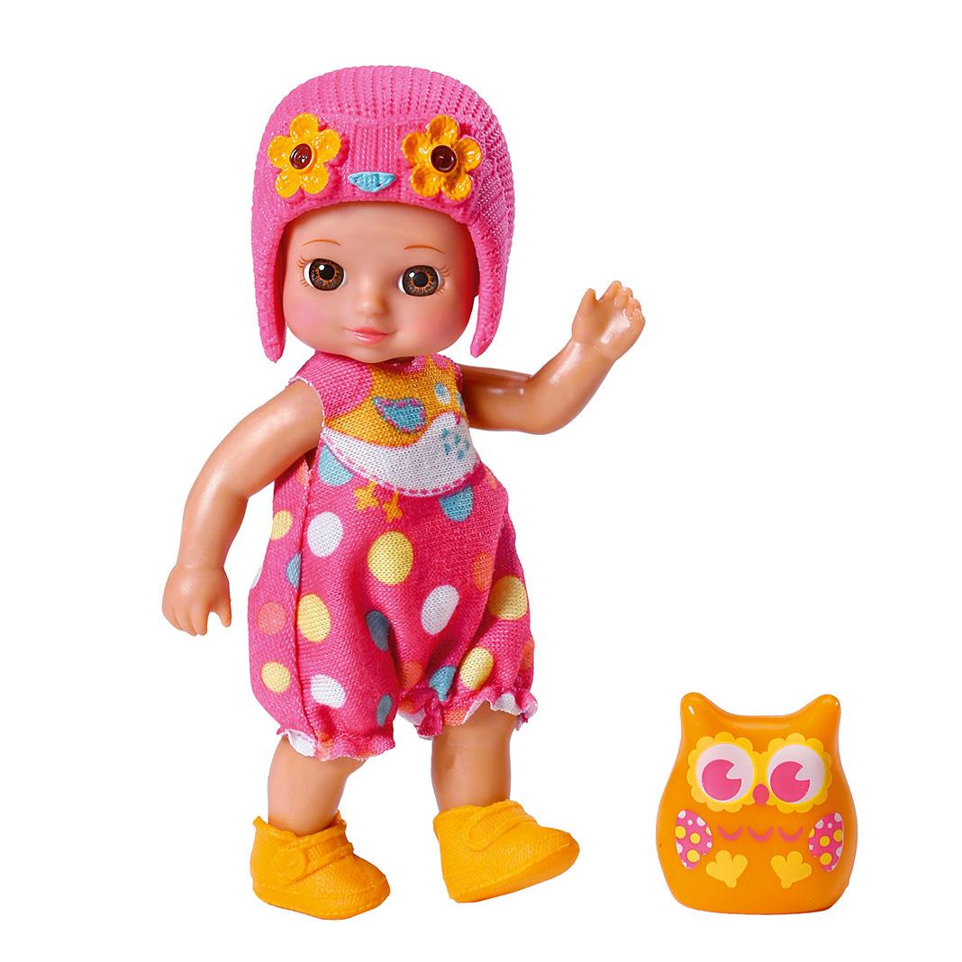 Chou Chou Мини-кукла Элли920-060_ELLYМини-кукла Элли займет внимание вашей малышки и подарит ей множество счастливых мгновений. Кукла изготовлена из пластика, ее голова, ручки и ножки подвижны. Куколка одета в розовый комбинезончик в горошек, оранжевые ботиночки и розовую шапку с цветочками. В комплект входит очаровательный питомец-сова которая живет с Элли в волшебном мире сновидений и сказок. Благодаря играм с куклой, ваша малышка сможет развить фантазию и любознательность, овладеть навыками общения и научиться ответственности, а дополнительные аксессуары сделают игру еще увлекательнее. Порадуйте свою принцессу таким прекрасным подарком!