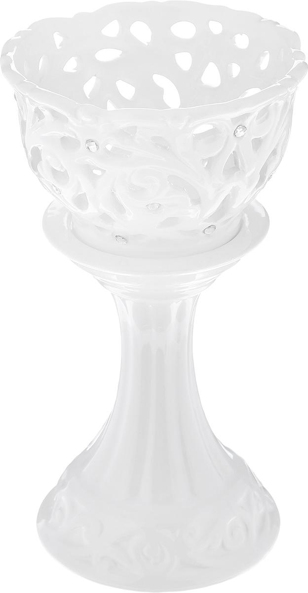 Подсвечник декоративный Loraine, цвет: белый, высота 17 см23840Декоративный подсвечник Loraine изготовлен из доломита и предназначен для одной узкой свечи. Изделие имеет изящную форму и декорировано в стразами. Элегантный и изысканный, такой подсвечник позволит украсить интерьер дома или рабочего кабинета оригинальным образом. Вы сможете не просто внести в интерьер своего дома элемент необычности, но и создать атмосферу загадочности. Высота подсвечника: 17 см. Диаметр подсвечника по верхнему краю: 9,5 см. Диаметр отверстия для свечи: 2,1 см.