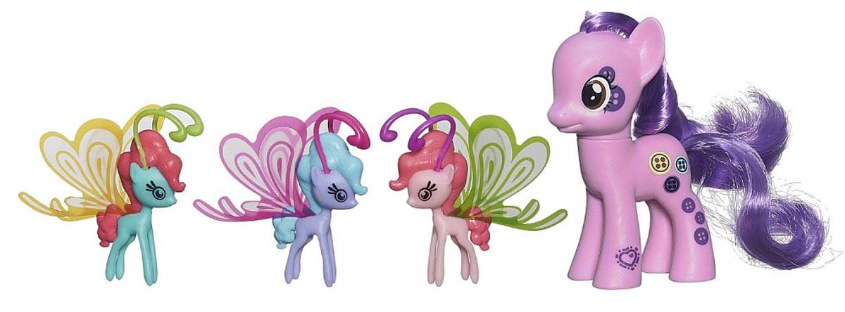 My Little Pony Игровой набор Buttonbelle Делюкс с волшебными крыльямиB0358EU4_ B3015Фигурка My Little Pony Buttonbelle непременно понравится вашей малышке. Она выполнена из безопасного пластика в виде симпатичной пони с красивыми большими глазами, длинной гривой и хвостом. В комплект входят три маленькие яркие пони с волшебными прозрачными крылышками. Пони готовы играть не только на земле, но и в воздухе! Игры с пони поспособствуют развитию у ребенка фантазии и любознательности, помогут овладеть навыками общения, воспитают чувство ответственности и заботы. Благодаря маленькому размеру фигурки ребенок сможет взять ее с собой на прогулку или в гости. Порадуйте свою малышку таким замечательным подарком!