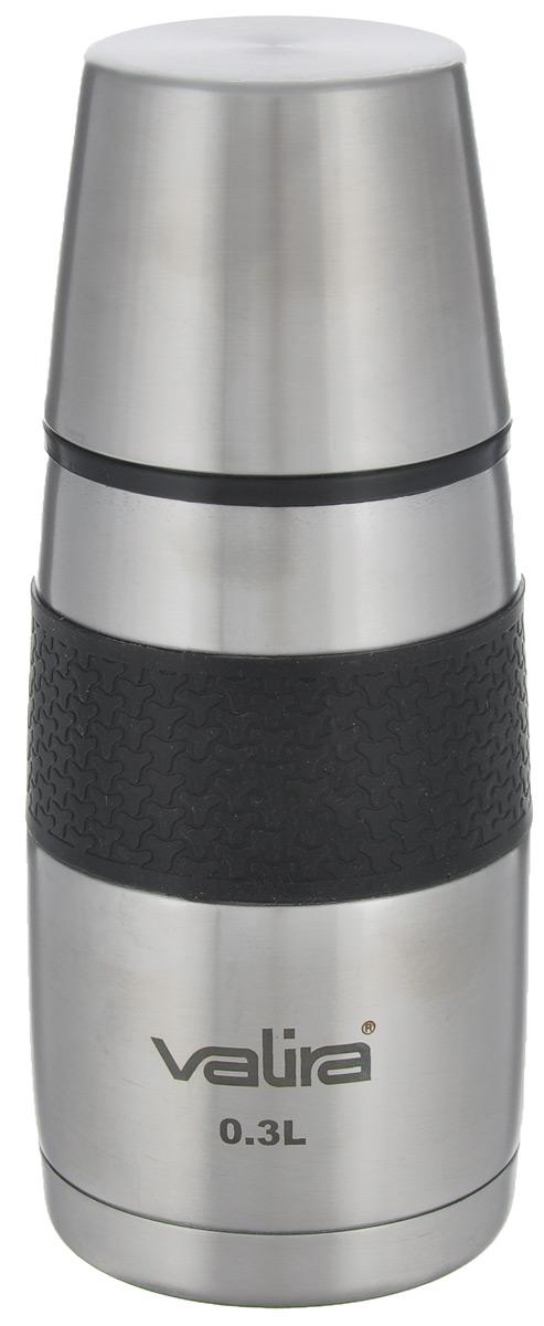 Термос Valira Inoxterm, 0,3 л6616/Термос Valira Inoxterm - полезное приобретением для всех, кто любит брать с собой домашние напитки. Термос выполнен из нержавеющей стали, оснащен стальной колбой. В отличие от термосов со стеклянной колбой, металлические вакуумные термосы не боятся падений и ударов. С внешней стороны термос оснащен нескользящей силиконовой вставкой для удобного использования. Термос идеально сохраняет температуру горячих напитков в течение 24 часов, холодные напитки остаются прохладными до 12 часов. Благодаря вакуумной изоляции, внешняя поверхность при этом всегда остается прохладной. Пробка открывается одним нажатием на кнопку, что позволяет быстро и легко наливать жидкость из термоса. Закрывается также одним нажатием. Термос оснащен двустенной стальной чашей, из которой вы с удовольствием можете пить. Если есть необходимость на длительное время сохранить температуру чая, кофе, молока, этот термос будет вашим незаменимым помощником. Он подойдет для всех случаев...