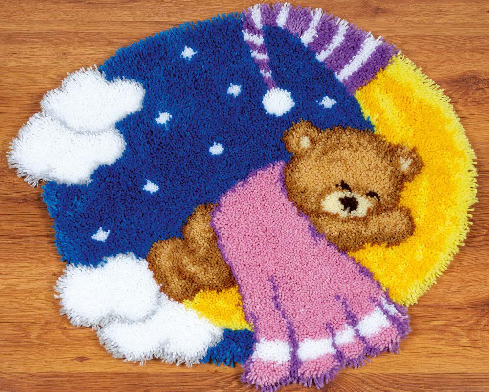Набор для вышивания коврика Vervaco Мишка на луне, 67 х 61 см7709942Набор для вышивания Vervaco Мишка на луне поможет вам создать свой личный шедевр - красивую картину, вышитую в ковровой технике. Такая картина станет прекрасной заготовкой для декоративного коврика, который будет выглядеть всегда стильно и модно. Вышивание отвлечет вас от повседневных забот и превратится в увлекательное занятие! Работа, сделанная своими руками, создаст особый уют и атмосферу в доме и долгие годы будет радовать вас и ваших близких, а подарок, выполненный собственными руками, станет самым ценным для друзей и знакомых. В набор входит: - расписанный вручную грубоволнистый страмин с цветным рисунком (52% хлопок, 48% полиэстер), - нарезанные петли (100% акриловые нитки), - крючок для вязания узлов, - лента для отделки, - подробная инструкция на русском языке.
