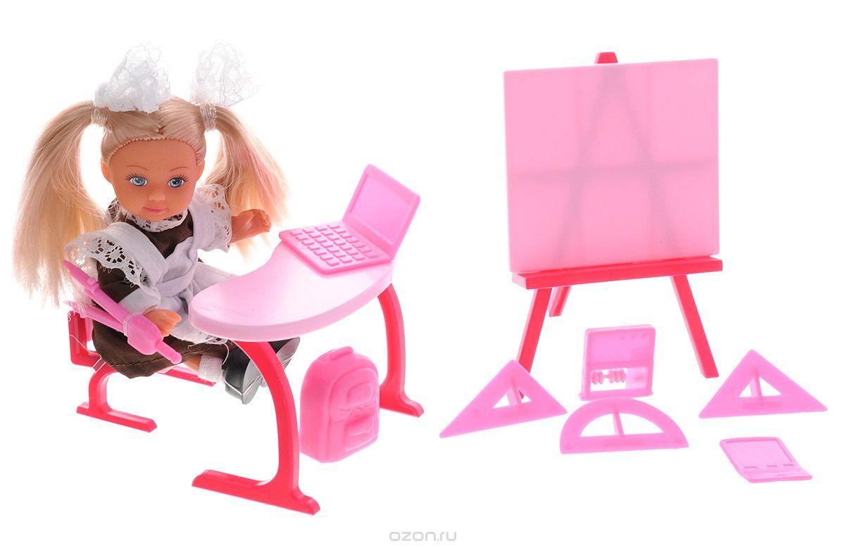 Simba Игровой набор Еви-школьница цвет малиновый5739124_малиновыйИгровой набор Simba Еви-школьница порадует любую девочку и надолго увлечет ее. В комплект входит кукла, парта, доска, стульчик, циркуль, транспортир, 3 линейки для черчения, калькулятор, счеты, рюкзак и ноутбук. Малышка Еви отправилась в школу! Куколка одета в классическую советскую школьную форму - коричневое платье и белый фартук, украшенный кружевами. Ее волосы собраны двумя кружевными бантами, а на ножках у нее белые гольфы и черные туфельки. Входящие в набор аксессуары и мебель выполнены из яркого розового пластика. Руки, ноги и голова куклы подвижны, благодаря чему ей можно придавать разнообразные позы. Игры с куклой способствуют эмоциональному развитию ребенка, а также помогают формировать воображение и художественный вкус. Малышка проведет множество счастливых часов, играя с таким замечательным набором. Великолепное качество исполнения делают этот набор чудесным подарком к любому празднику.
