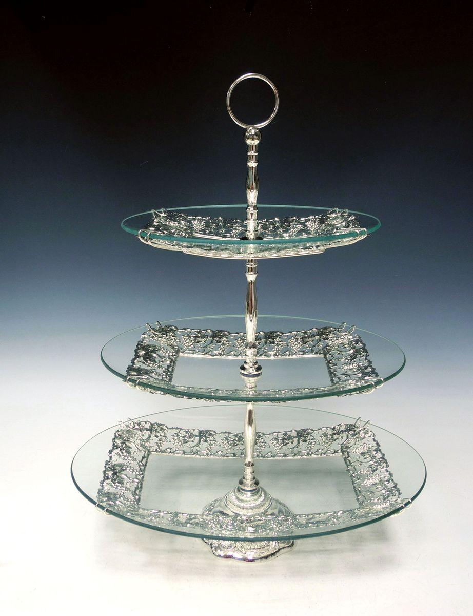 Ваза универсальная Marquis, 3 яруса. 4034-MR4034-MRЭлегантная трехъярусная ваза Marquis, выполненная из высококачественного стекла и стали с серебряно-никелевым покрытием, предназначена для красивой сервировки фруктов и конфет. Изделие украшено оригинальным рельефом. Легко собирается и разбирается. Ваза Marquis украсит сервировку вашего стола и подчеркнет прекрасный вкус хозяина, а также станет отличным подарком. Размер большого блюда: 40 см х 31 см. Размер среднего блюда: 33 см х 23 см. Размер малого блюда: 26 см х 20 см. Высота вазы: 51 см.