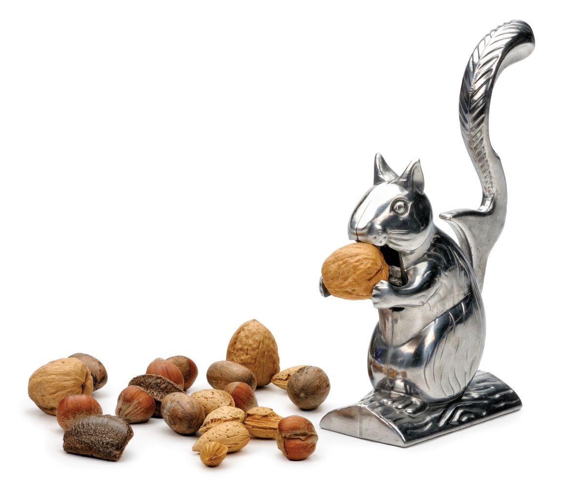 Орехокол RSVP Белка НаттиNUTSОрехокол RSVP Белка Натти изготовлен из литого алюминия и щедро украшен деталями. Натти обожает грызть орехи. Просто поднимите ее хвост и положите орешек в рот. Нажмите на хвост – и орех расколот! Высота орехокола: 15,5 см.