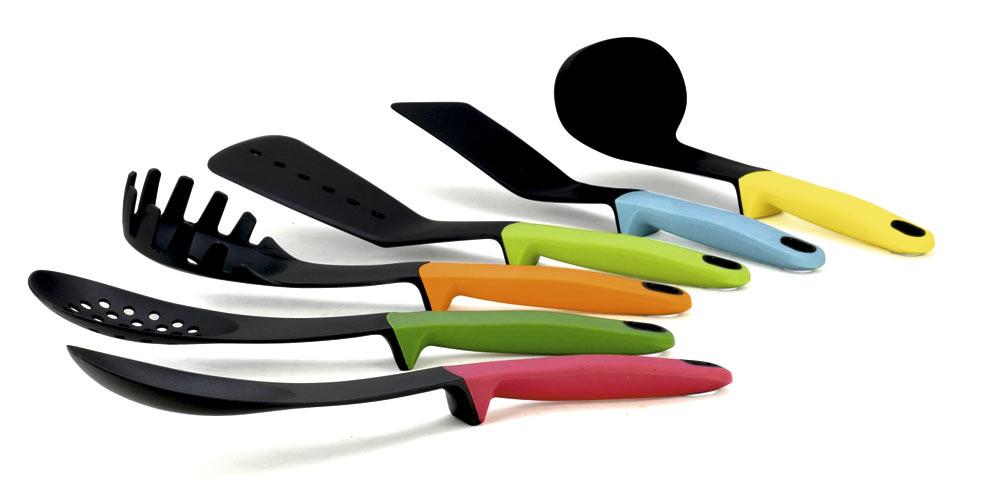 Набор кухонных принадлежностей Calve, 7 предметов. CL-1377CL-1377Набор кухонных принадлежностей Calve состоит из половника, лопатки с прорезями, сервировочной ложки, лопатки, ложки с прорезями, ложки для спагетти и подставки. Приборы выполнены из нейлона и снабжены прорезиненными рукоятками. Для приборов предусмотрена специальная вращающаяся подставка. В наборе содержатся все необходимые на кухне принадлежности, которые могут вам в приготовлении пищи. Стильный дизайн сделает такой набор отличным украшением кухни. Можно мыть в посудомоечной машине. Размер подставки: 13 х 13 х 37 см. Общая длина лопатки: 32 см. Размер рабочей поверхности лопатки: 5 х 12 см. Общая длина половника: 28,5 см. Размер рабочей поверхности половника: 7 х 8 х 3 см. Общая длина лопатки с прорезями: 31,5 см. Размер рабочей поверхности лопатки с прорезями: 9 х 12 см. Общая длина сервировочной ложки: 31 см. Размер рабочей поверхности сервировочной ложки: 10 х 7 см. Общая длина ложки с прорезями: 31,5 см. ...
