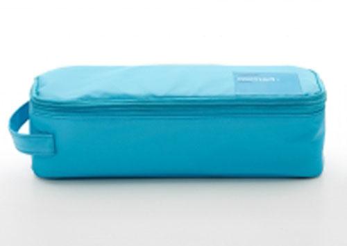 Термосумка Valira Nomad One, с контейнером, цвет: бирюзовый, 750 мл6029/148Термосумка Valira Nomad One - это удобная и стильная термосумка небольшого размера, которая сохраняет температуру содержимого до 6 часов. Сумка выполнена из гигиеничного непромокаемого текстиля. Внутри отделана термоизоляционным металлизированным материалом, сохраняющим еду горячей и вкусной. За сумкой очень легко ухаживать, внутренняя поверхность легко очищается влажной тряпкой. Сумка закрывается на молнию, снабжена боковой ручкой для удобной переноски. Внутри имеется сетчатый карман для столовых приборов. Благодаря своим компактным размерам поместится в любую сумку. В комплекте с термосумкой поставляется пищевой контейнер, выполненный из керамического пластика. Данный материал не содержит полипропилена, BPA и фталатов, что очень важно для здоровья. Контейнер оснащен крышкой с силиконовой прослойкой и защелками с четырех сторон. Полностью герметичен и водонепроницаем, отлично подходит даже для переноски жидких блюд. Не впитывает запахов и не окрашивается...