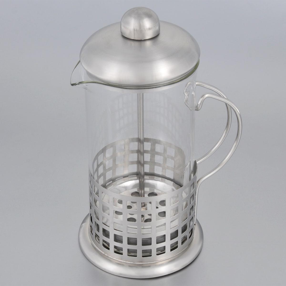 Френч-пресс Bohmann, 800 мл. 9583BH/NEW9583BH/NEWФренч-пресс Bohmann поможет быстро приготовить ароматный кофе или чай. Основание выполнено из высококачественной хромоникелевой нержавеющей стали, стенки оформлены перфорацией, что придает изделию стильный внешний вид. Колба изготовлена из термостойкого стекла. Основание изделия устойчивое, не царапает поверхность стола. Насыпьте внутрь заварку, залейте кипятком, слегка накройте колбу крышкой с прессом, по истечении 4 минут опустите пресс до конца. Таким образом, чаинки и кофейный осадок останутся на дне, а вы можете наслаждаться напитком. Можно мыть в посудомоечной машине.