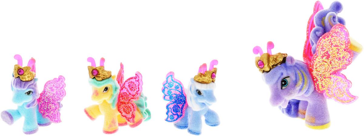 Filly Dracco Набор игровой Filly Бабочки с блестками Волшебная семья LotusLotus/astM770041-3850Игровой набор фигурок Filly Butterfly Волшебная семья придется по вкусу вашей дочурке, ведь все девочки обожают волшебных лошадок Filly! У волшебных лошадок тоже есть своя семья! Мама-бабочка воспитывает трех хулиганов в прекрасном саду посреди волшебного леса Папиллия. В наборе с лошадками четыре карточки и буклет коллекционера. У лошадок есть красочные крылья, украшенные фамильным гербом их семьи. Дизайн крыльев нанесен при помощи технологии тампонной печати. Благодаря этому яркие крылышки бабочек будут радовать вашего ребенка в течение долгого времени. Каждая лошадка имеет бархатное покрытие, блестящие крылышки и доброжелательное улыбчивое личико. Все детали фигурок расписаны с любовью и реалистичностью. Помимо крылышек бабочки от обычных лошадок Филли отличаются также усиками и короной. При помощи ярких усиков персонажи волшебного леса общаются между собой. Короны же украшены кристаллами Swarowski. Вы можете собрать всю коллекцию и разыграть сцены из жизни...