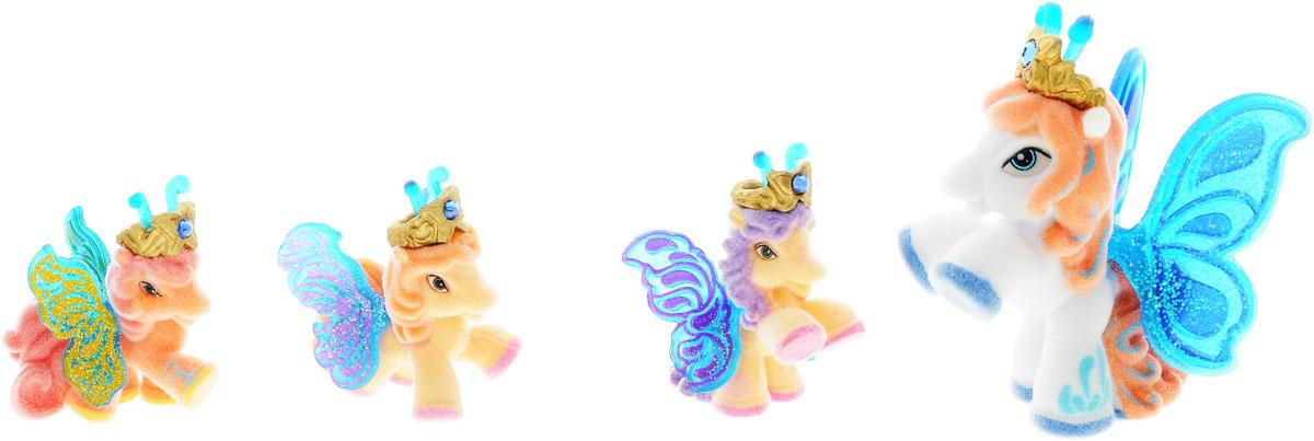Filly Dracco Набор игровой Filly Бабочки с блестками Волшебная семья VictoriaVictoria/astM770041-3850Игровой набор фигурок Filly Butterfly Волшебная семья придется по вкусу вашей дочурке, ведь все девочки обожают волшебных лошадок Filly! У волшебных лошадок тоже есть своя семья! Мама-бабочка воспитывает трех хулиганов в прекрасном саду посреди волшебного леса Папиллия. В наборе с лошадками четыре карточки и буклет коллекционера. У лошадок есть красочные крылья, украшенные фамильным гербом их семьи. Дизайн крыльев нанесен при помощи технологии тампонной печати. Благодаря этому яркие крылышки бабочек будут радовать вашего ребенка в течение долгого времени. Каждая лошадка имеет бархатное покрытие, блестящие крылышки и доброжелательное улыбчивое личико. Все детали фигурок расписаны с любовью и реалистичностью. Помимо крылышек бабочки от обычных лошадок Филли отличаются также усиками и короной. При помощи ярких усиков персонажи волшебного леса общаются между собой. Короны же украшены кристаллами Swarowski. Вы можете собрать всю коллекцию и разыграть сцены из жизни...