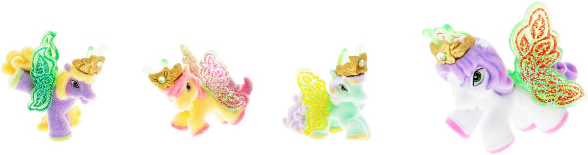 Filly Dracco Набор игровой Filly Бабочки с блестками Волшебная семья NinaNina/astM770041-3850Игровой набор фигурок Filly Butterfly Волшебная семья придется по вкусу вашей дочурке, ведь все девочки обожают волшебных лошадок Filly! У волшебных лошадок тоже есть своя семья! Мама-бабочка воспитывает трех хулиганов в прекрасном саду посреди волшебного леса Папиллия. В наборе с лошадками четыре карточки и буклет коллекционера. У лошадок есть красочные крылья, украшенные фамильным гербом их семьи. Дизайн крыльев нанесен при помощи технологии тампонной печати. Благодаря этому яркие крылышки бабочек будут радовать вашего ребенка в течение долгого времени. Каждая лошадка имеет бархатное покрытие, блестящие крылышки и доброжелательное улыбчивое личико. Все детали фигурок расписаны с любовью и реалистичностью. Помимо крылышек бабочки от обычных лошадок Филли отличаются также усиками и короной. При помощи ярких усиков персонажи волшебного леса общаются между собой. Короны же украшены кристаллами Swarowski. Вы можете собрать всю коллекцию и разыграть сцены из жизни...
