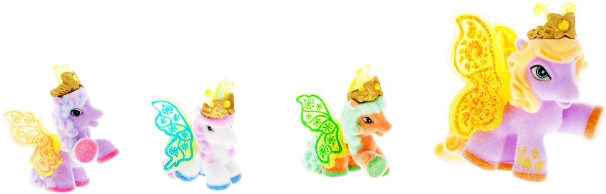 Filly Dracco Набор игровой Filly Бабочки с блестками Волшебная семья BedBed/astM770041-3850Игровой набор фигурок Filly Butterfly Волшебная семья придется по вкусу вашей дочурке, ведь все девочки обожают волшебных лошадок Filly! У волшебных лошадок тоже есть своя семья! Мама-бабочка воспитывает трех хулиганов в прекрасном саду посреди волшебного леса Папиллия. В наборе с лошадками четыре карточки и буклет коллекционера. У лошадок есть красочные крылья, украшенные фамильным гербом их семьи. Дизайн крыльев нанесен при помощи технологии тампонной печати. Благодаря этому яркие крылышки бабочек будут радовать вашего ребенка в течение долгого времени. Каждая лошадка имеет бархатное покрытие, блестящие крылышки и доброжелательное улыбчивое личико. Все детали фигурок расписаны с любовью и реалистичностью. Помимо крылышек бабочки от обычных лошадок Филли отличаются также усиками и короной. При помощи ярких усиков персонажи волшебного леса общаются между собой. Короны же украшены кристаллами Swarowski. Вы можете собрать всю коллекцию и разыграть сцены из жизни...