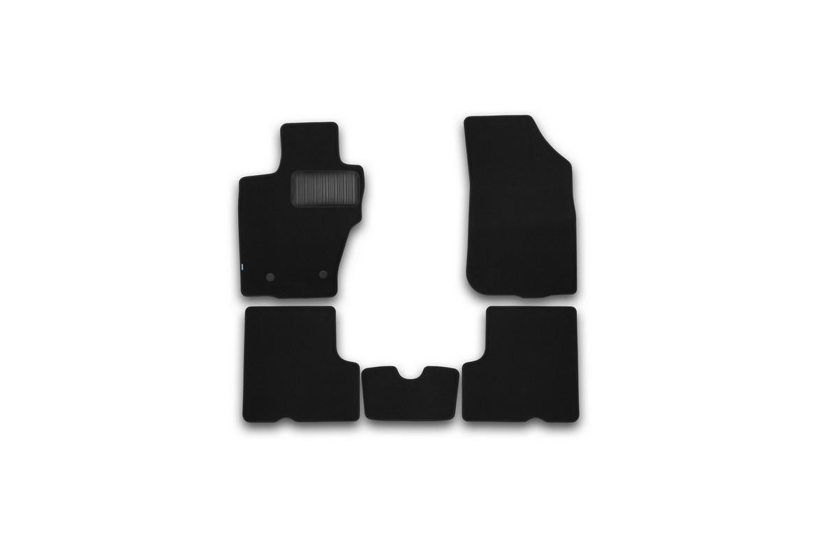 Набор автомобильных ковриков Klever для Renault Duster 2WD/4WD 2015-, кроссовер, в салон, 5 штKVR03413222110khНабор автомобильных ковриков Klever, изготовленный из текстиля, состоит из 5 ковриков, которые учитывают все особенности каждой модели автомобиля и полностью повторяют контуры пола. Текстильные автомобильные коврики для салона произведены из высококачественного материала, который держит форму, прочный и не пачкает обувь. Коврики в салон не только улучшат внешний вид салона вашего автомобиля, но и надежно уберегут его от пыли, грязи и сырости, а значит, защитят кузов от коррозии. Текстильные коврики для автомобиля мягкие и приятные, а их основа из вспененного полиуретана не пропускает влагу. Ковры для автомобилей надежно крепятся на полу и не скользят, что очень важно во время движения. Чистятся коврики очень просто: как при помощи автомобильного пылесоса, так и различными моющими средствами. Набор подходит для Renault Duster 2WD/4WD кроссовер с 2015 года выпуска.