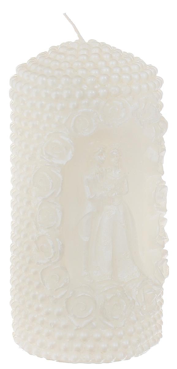 Свеча декоративная Очаг, цвет: бежевый, 6,5 см х 6,5 см х 14 см69.087Декоративная свеча Очаг изготовлена из парафина в форме столбика. Изделие украшено красивым рельефным узором и вырезанной фигуркой жениха и невесты. Свеча будет отличным украшением кондитерских изделий, интерьера и подарком на свадьбу или торжество. Свеча Очаг принесет в ваш дом волшебство и ощущение праздника. Создайте в своем доме атмосферу веселья и радости, и тогда самый обычный день с легкостью превратится в торжество. Время горения: 8 ч.
