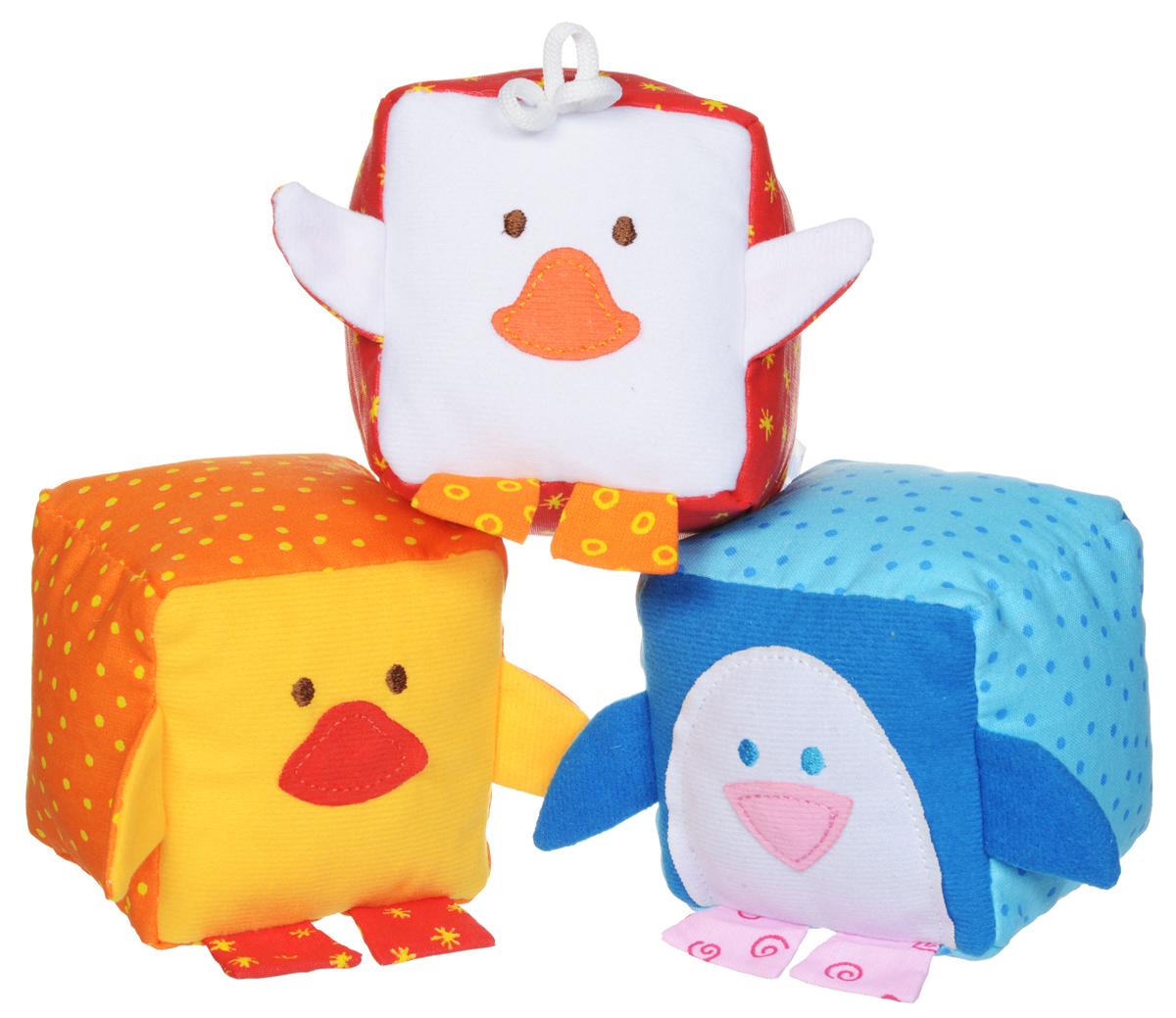 Мякиши Мягкие кубики ЗооМякиши Птицы 3 шт245_красный, оранжевый, голубойМягкие кубики Мякиши ЗооМякиши: Птицы помогут вашему ребенку увлекательно и с пользой провести время. Набор состоит из трех разноцветных кубиков, выполненных в виде птиц: пингвиненка, цыпленка и утенка. С помощью кубиков ваш ребенок познакомится с птицами и сможет научиться первым навыкам конструирования. Кубики порадуют ребенка яркими цветами, милыми мордочками, а также разнообразием фактур. Внутри пингвиненка спрятана погремушка, внутри цыпленка - мелодичный колокольчик, а внутри утенка находится веселая пищалка. Кубики выполнены из высококачественной ткани с мягким наполнителем. Удачно подобранный размер, цвет и понятные рисунки помогут вашему малышу развить мышление, координацию движений и мелкую моторику рук, а также в игровой форме познакомиться с окружающим миром.
