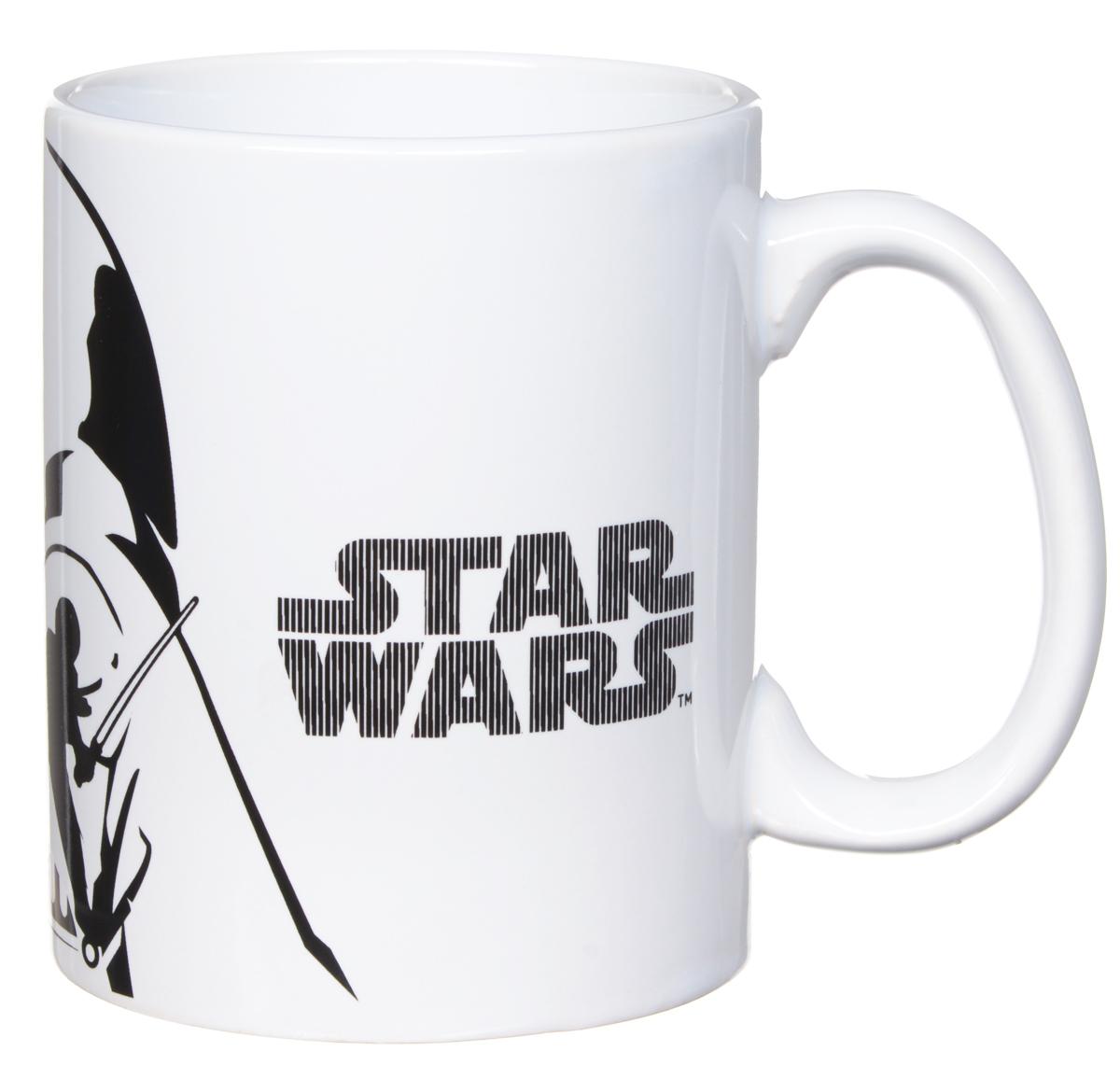 Star Wars Кружка детская Белое и черное 500 млSWC01-21Детская кружка Star Wars Белое и черное станет отличным подарком для любого фаната знаменитой саги. Она выполнена из керамики и оформлена рисунком со стилизованным изображением Дарта Вейдера. Большая ручка обеспечит удобство использования. Объем кружки: 500 мл. Подходит для использования в посудомоечной машине и СВЧ-печи.