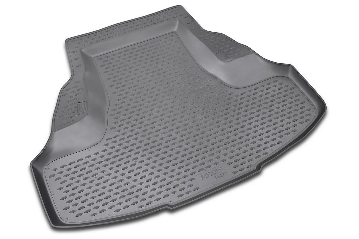 Коврик в багажник автомобиля Novline-Autofamily для Honda Accord, 2008 -NLC.18.02.B10Автомобильный коврик в багажник позволит вам без особых усилий содержать в чистоте багажный отсек вашего авто и при этом перевозить в нем абсолютно любые грузы. Такой автомобильный коврик гарантированно защитит багажник вашего автомобиля от грязи, мусора и пыли, которые постоянно скапливаются в этом отсеке. А кроме того, поддон не пропускает влагу. Все это надолго убережет важную часть кузова от износа. Мыть коврик для багажника из полиуретана можно любыми чистящими средствами или просто водой. При этом много времени уборка не отнимет, ведь полиуретан устойчив к загрязнениям. Если вам приходится перевозить в багажнике тяжелые грузы, за сохранность автоковрика можете не беспокоиться. Он сделан из прочного материала, который не деформируется при механических нагрузках и устойчив даже к экстремальным температурам. А кроме того, коврик для багажника надежно фиксируется и не сдвигается во время поездки - это дополнительная гарантия сохранности вашего багажа.