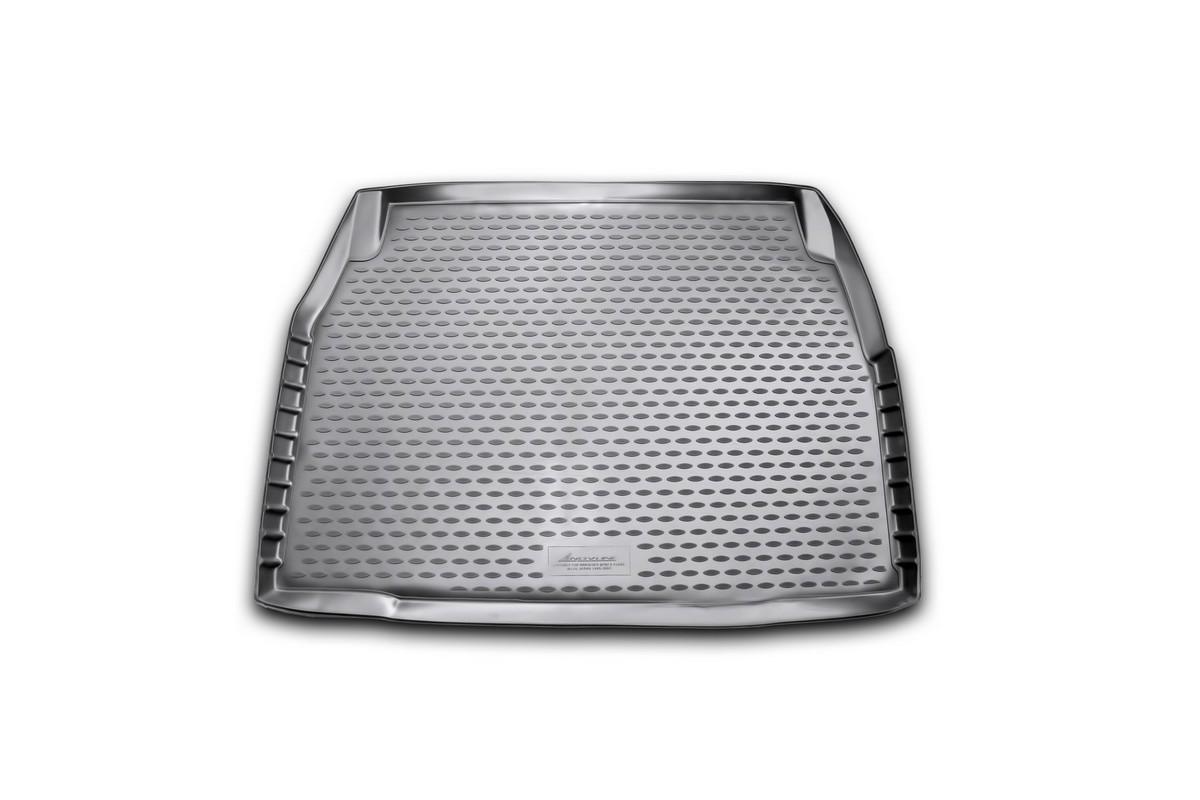Коврик в багажник автомобиля Novline-Autofamily для Mercedes-Benz E-class w210, 1995 - 2002NLC.34.37.B10Автомобильный коврик в багажник позволит вам без особых усилий содержать в чистоте багажный отсек вашего авто и при этом перевозить в нем абсолютно любые грузы. Такой автомобильный коврик гарантированно защитит багажник вашего автомобиля от грязи, мусора и пыли, которые постоянно скапливаются в этом отсеке. А кроме того, поддон не пропускает влагу. Все это надолго убережет важную часть кузова от износа. Мыть коврик для багажника из полиуретана можно любыми чистящими средствами или просто водой. При этом много времени уборка не отнимет, ведь полиуретан устойчив к загрязнениям. Если вам приходится перевозить в багажнике тяжелые грузы, за сохранность автоковрика можете не беспокоиться. Он сделан из прочного материала, который не деформируется при механических нагрузках и устойчив даже к экстремальным температурам. А кроме того, коврик для багажника надежно фиксируется и не сдвигается во время поездки - это дополнительная гарантия сохранности вашего багажа.